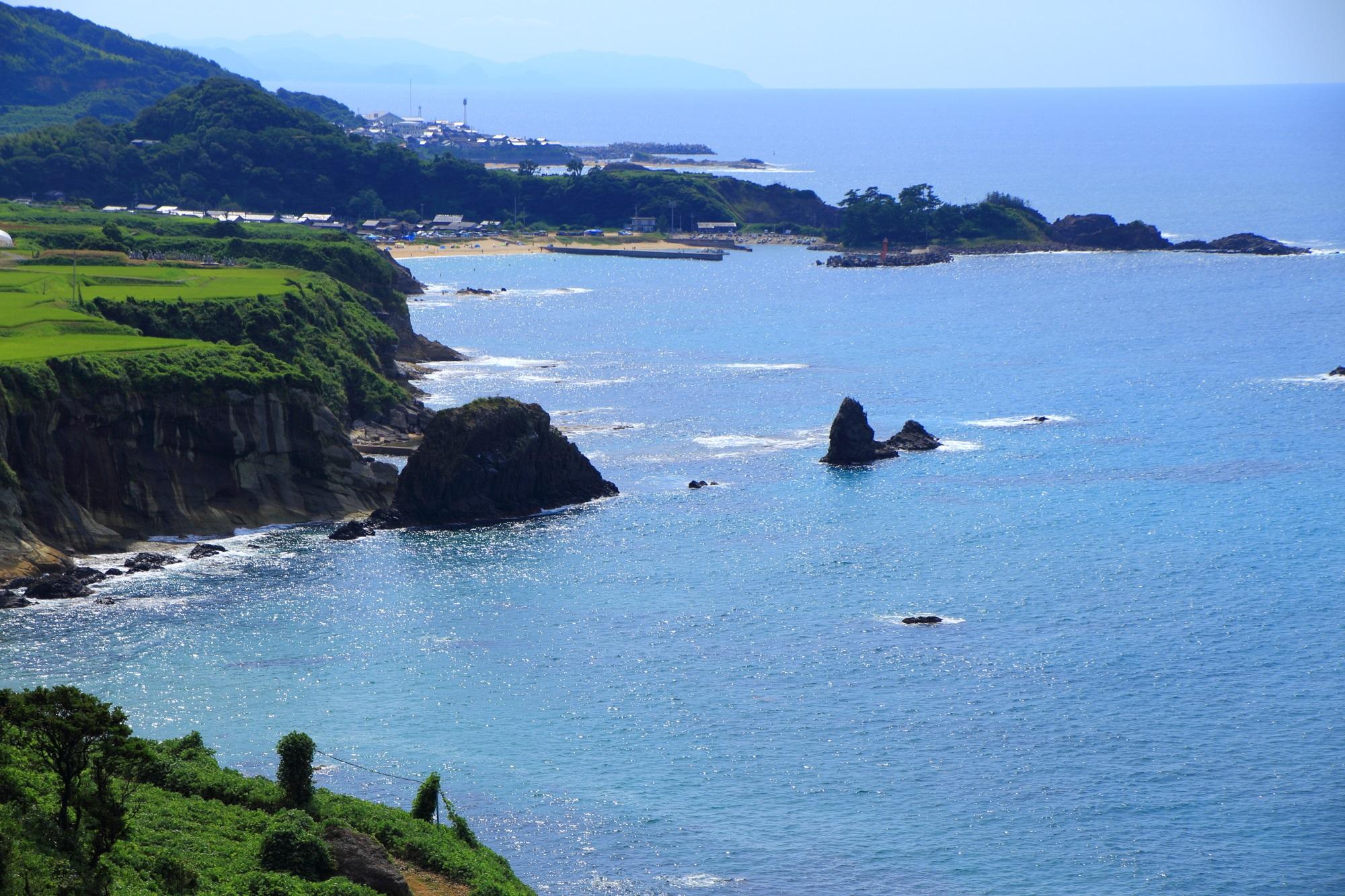 遠めから眺めた屏風岩と京丹後の海