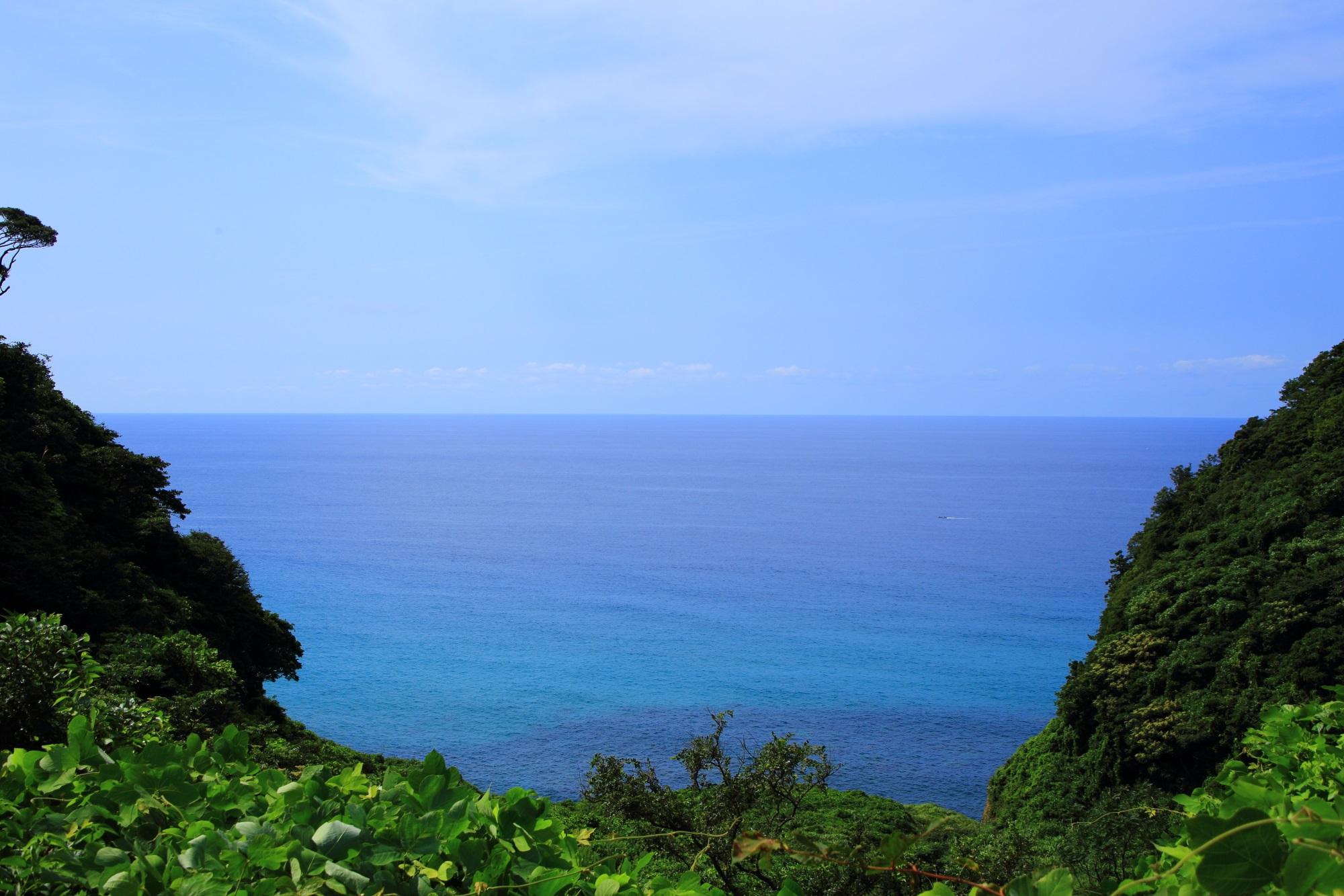 進んでいくと突然視界が開けて現れる犬ヶ岬の綺麗な海