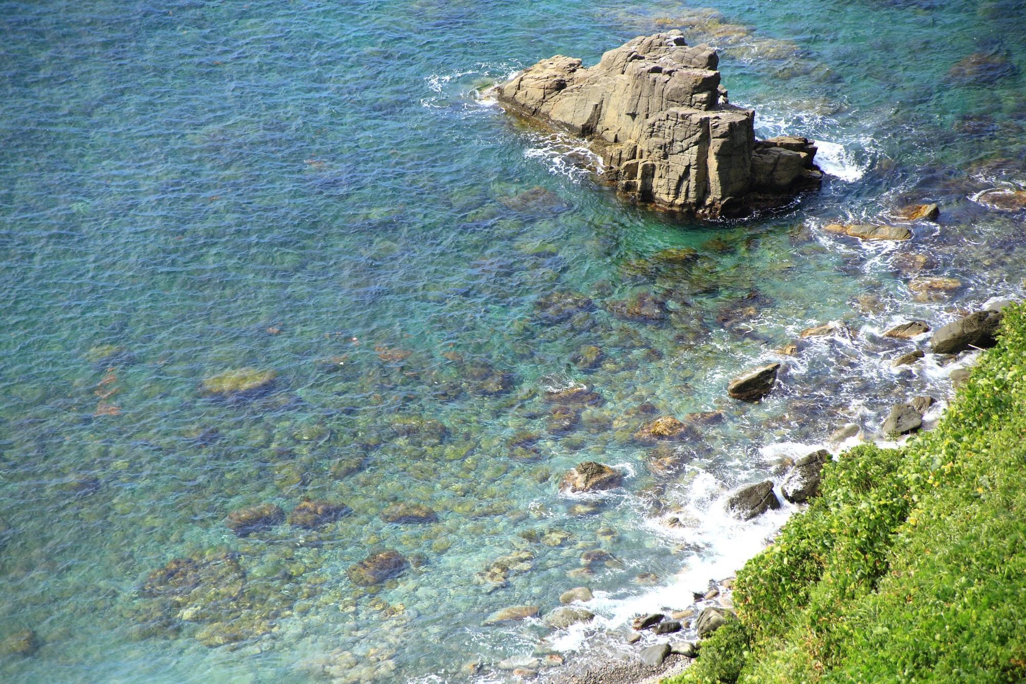 京丹後の犬ヶ岬の穏やかに揺らめく透き通る海