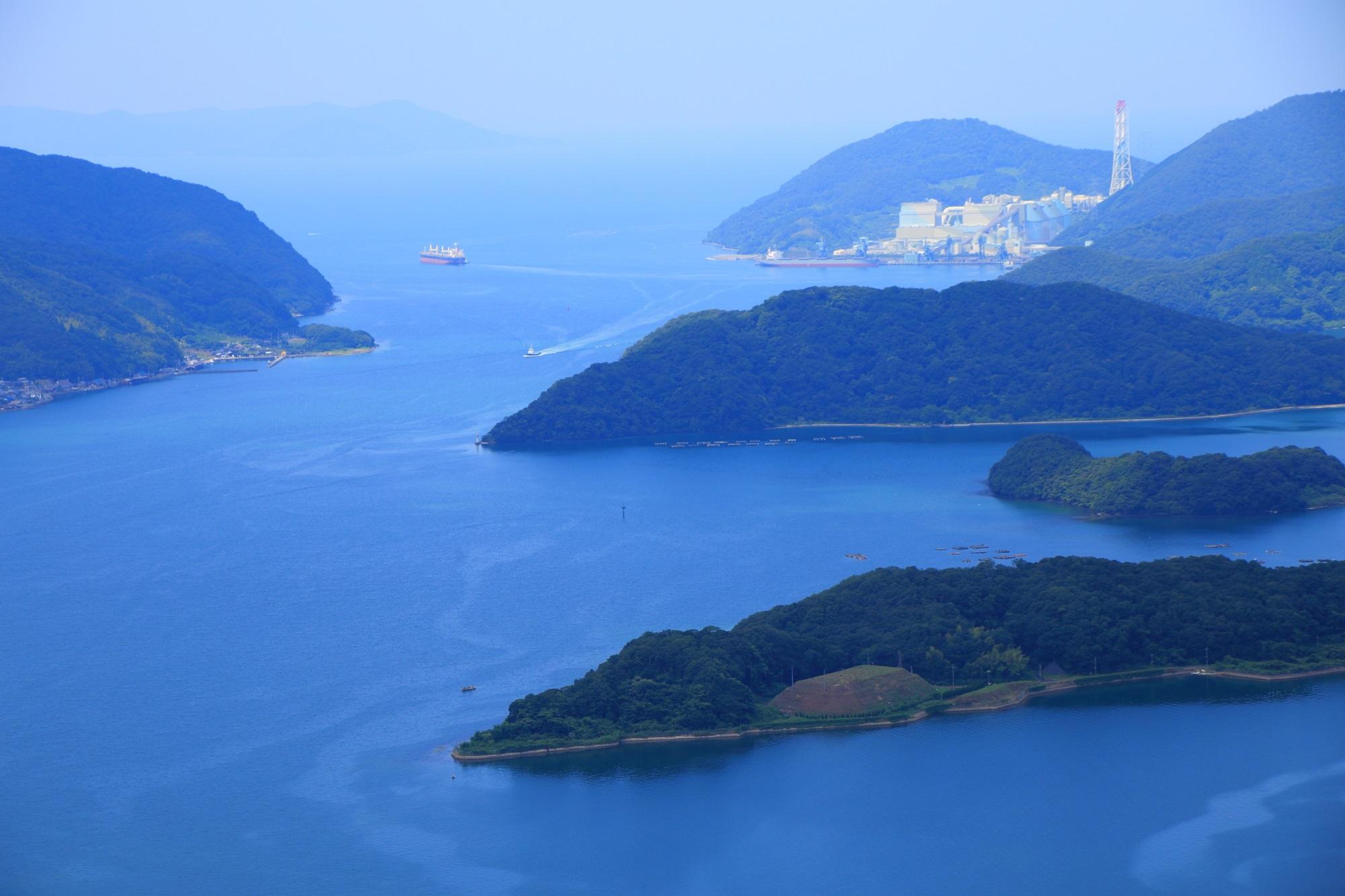 眼下に広がる舞鶴湾と見事な島々や山々