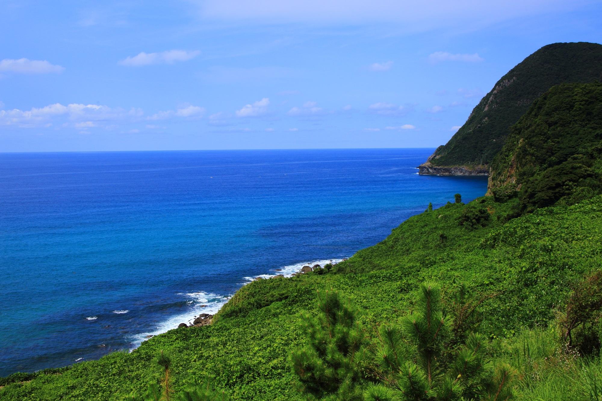 なぜ海は青いのだと考えてしまうような犬ヶ岬沖の綺麗な日本海