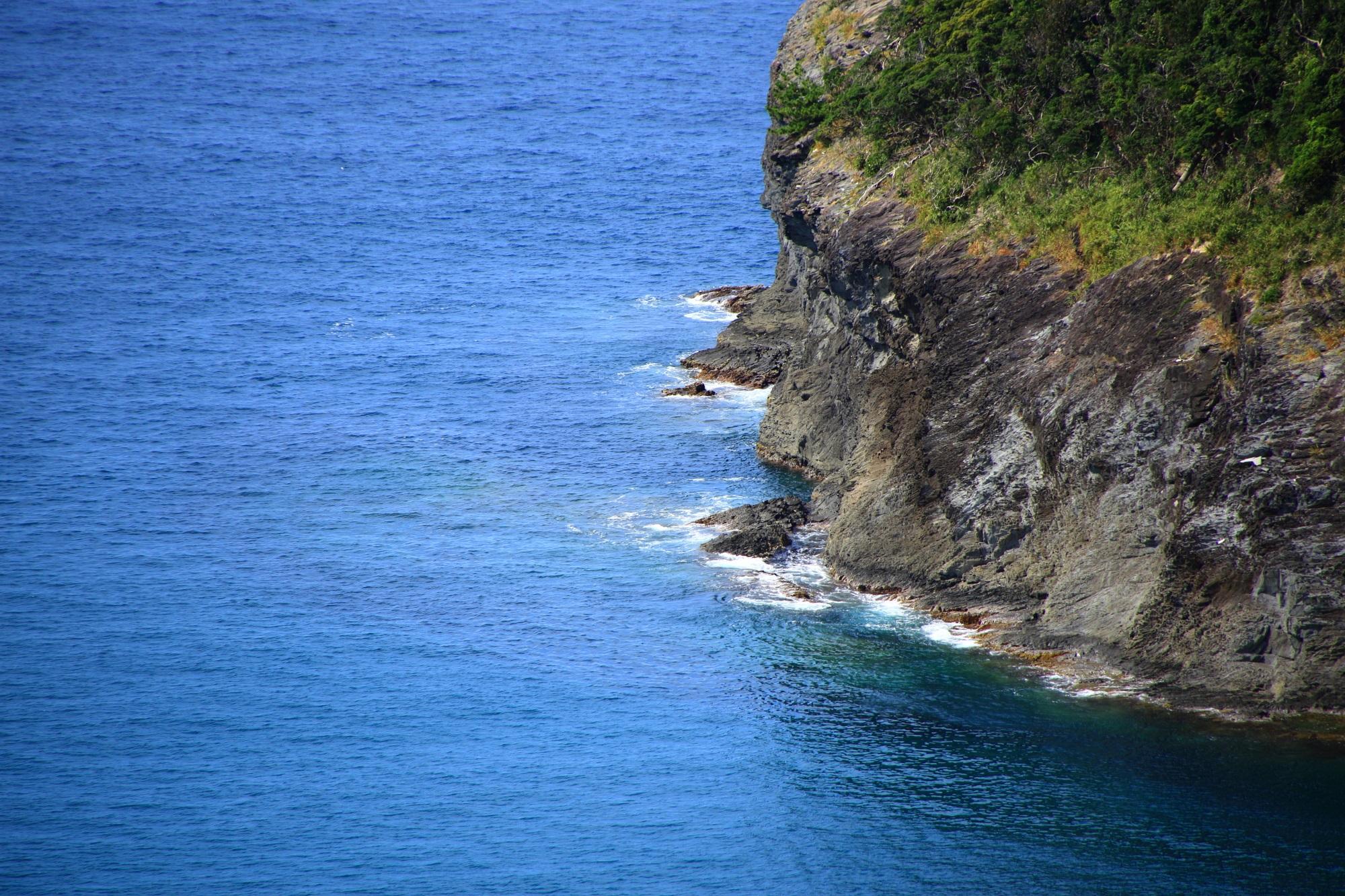 京丹後の犬ヶ岬の断崖絶壁に打ち寄せる細波