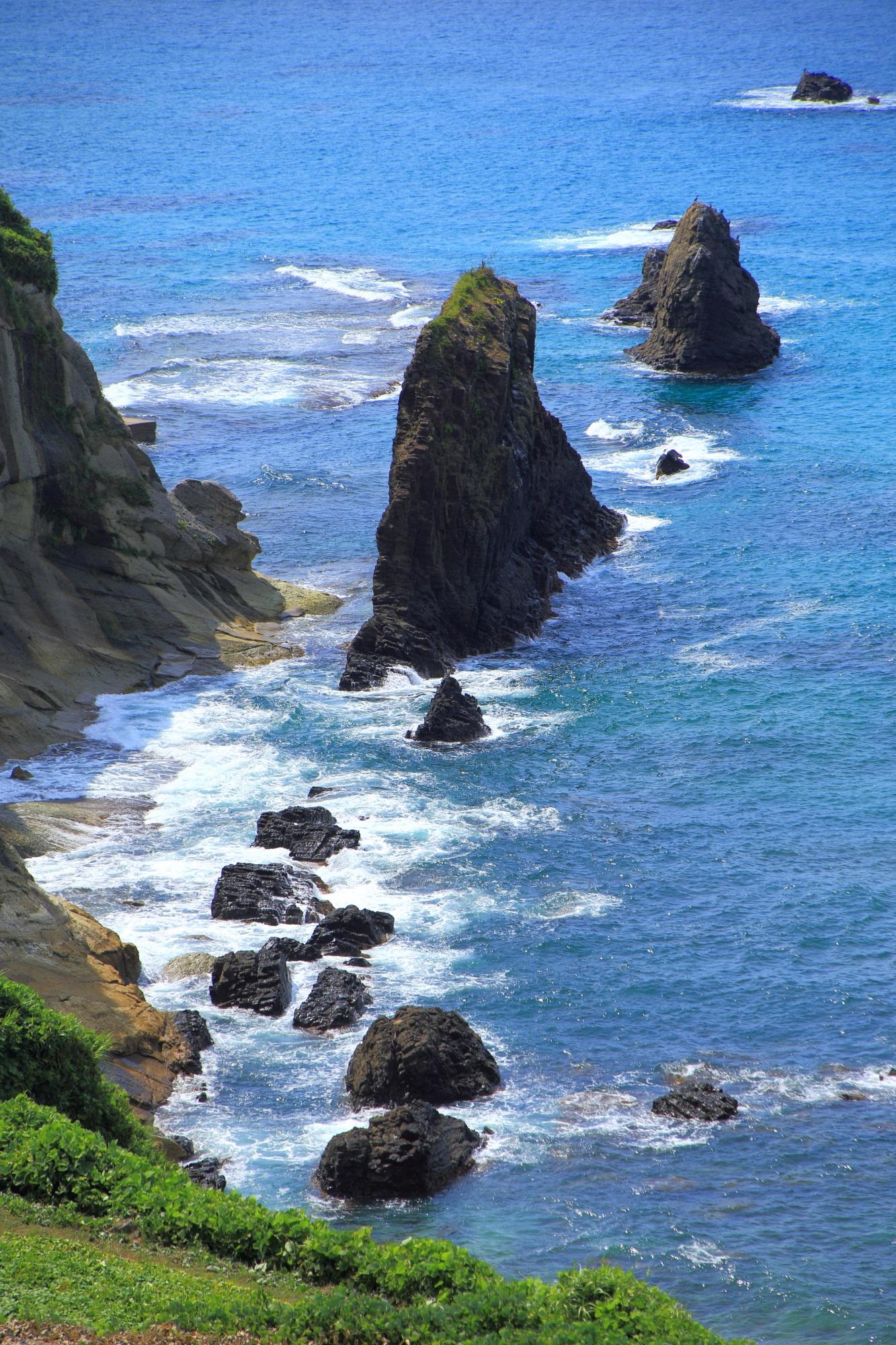 屏風岩や岸壁に当たる綺麗な白波