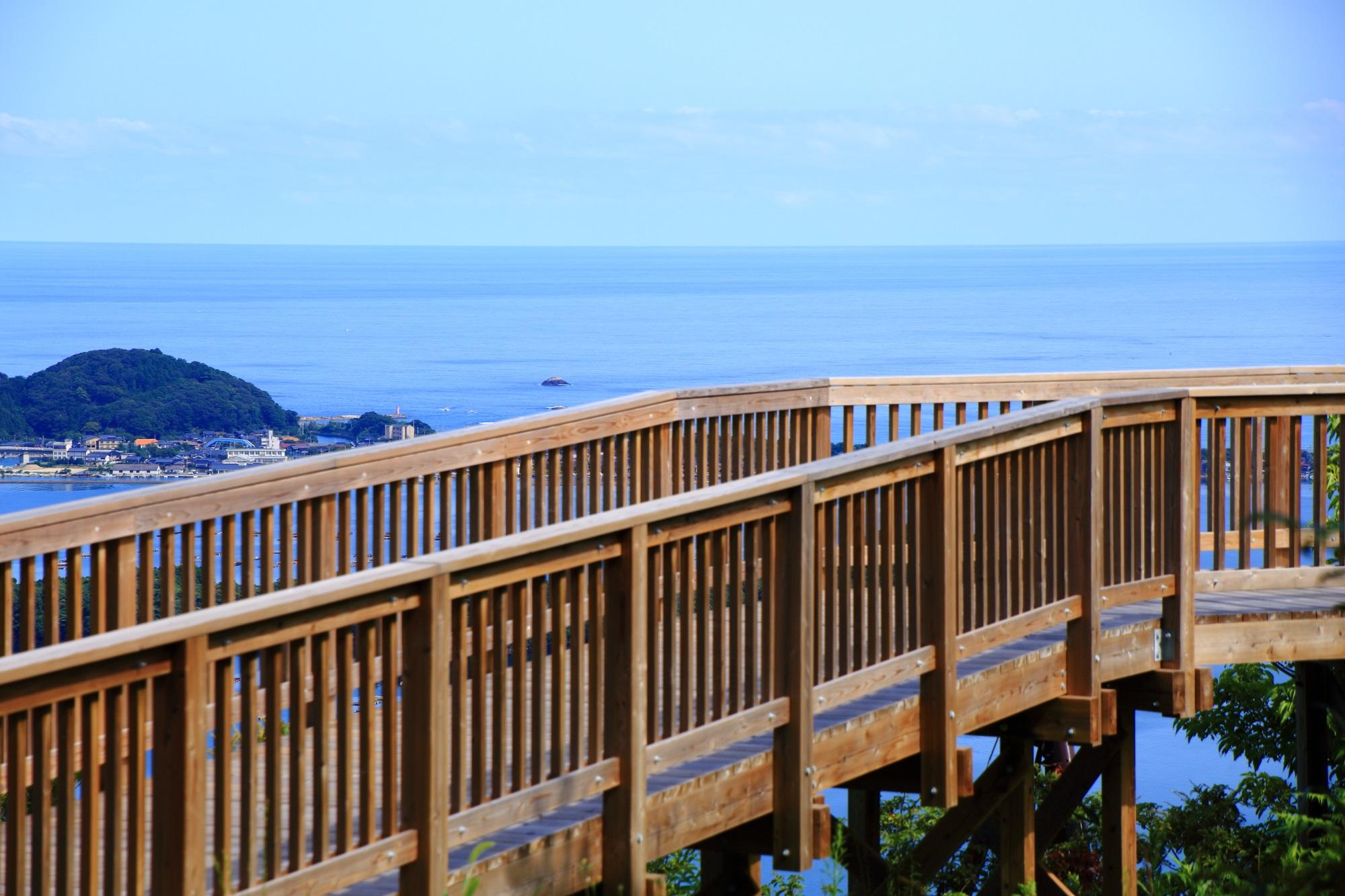 どこまでも広がっていきそうな日本海が見渡せる久美浜湾展望台