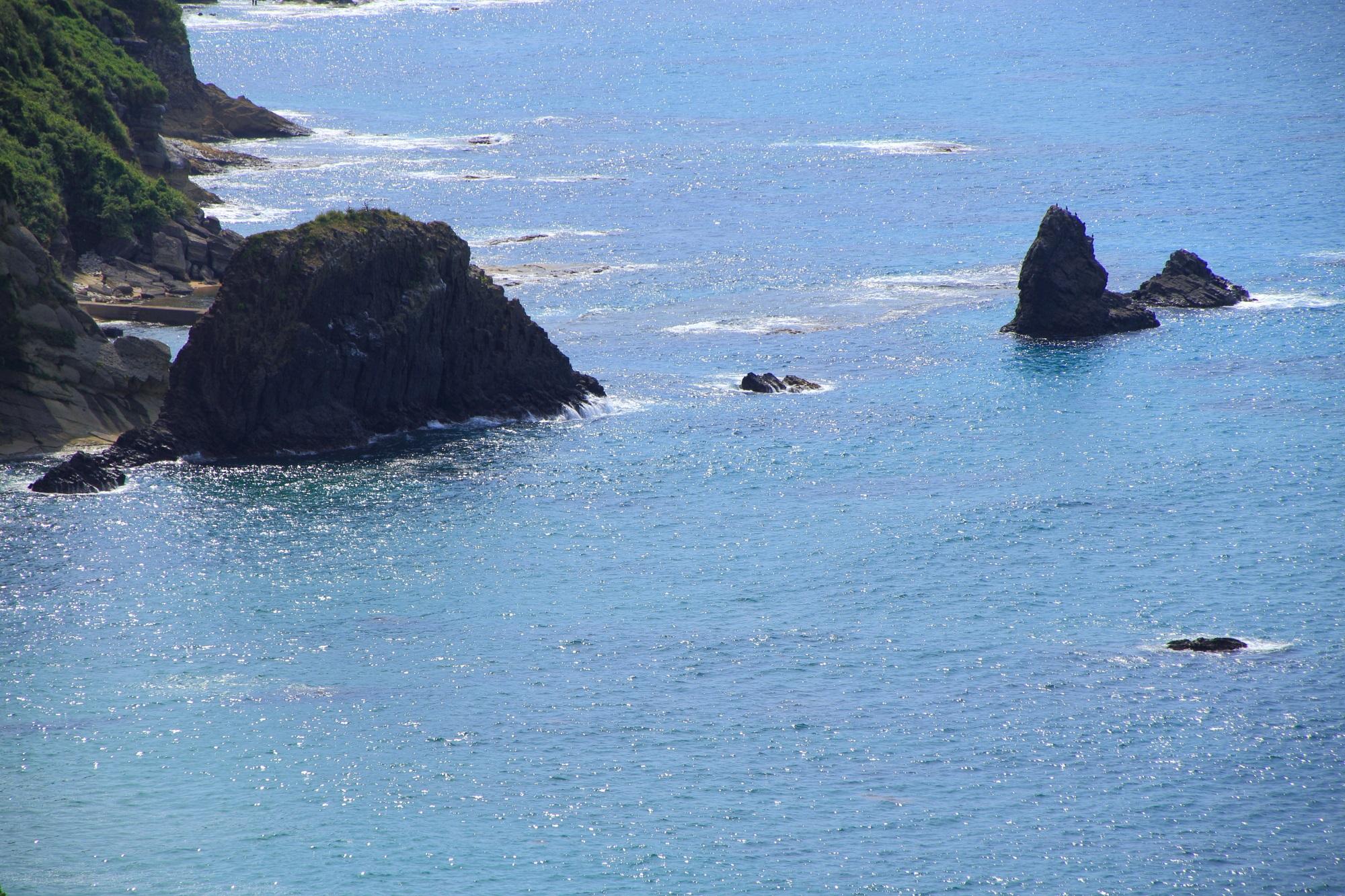 太陽が反射して光る京丹後の海と屏風岩