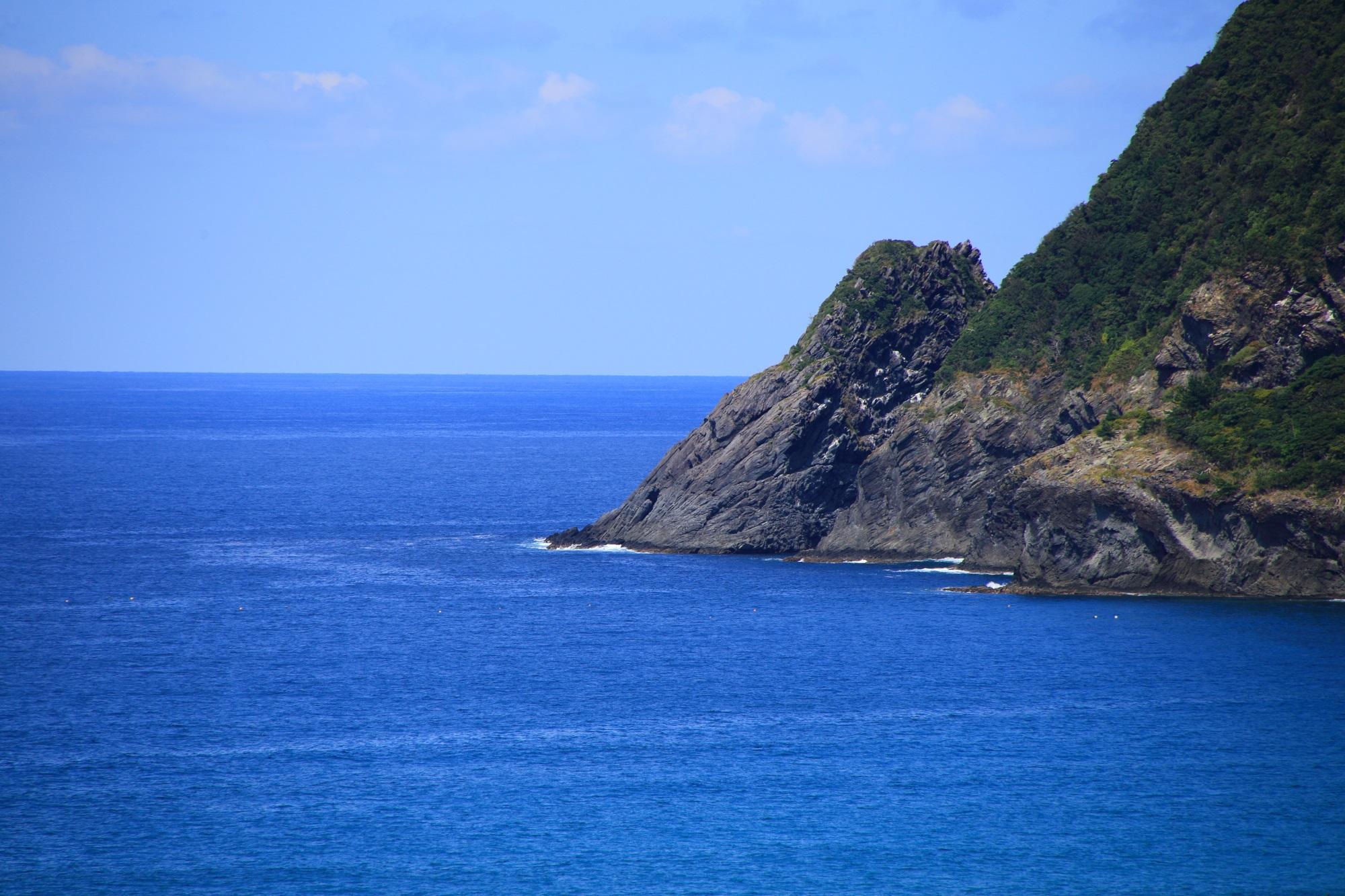 犬ヶ岬の岩や岸壁と良く合うコバルトブルーの綺麗な海