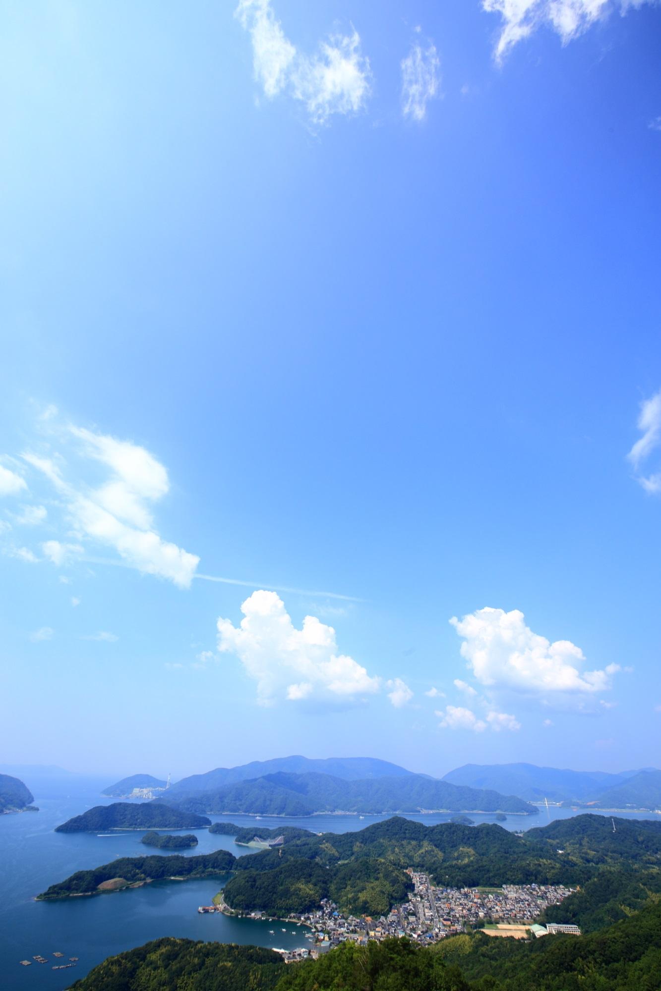 舞鶴の五老岳から眺めた青空の下の舞鶴湾