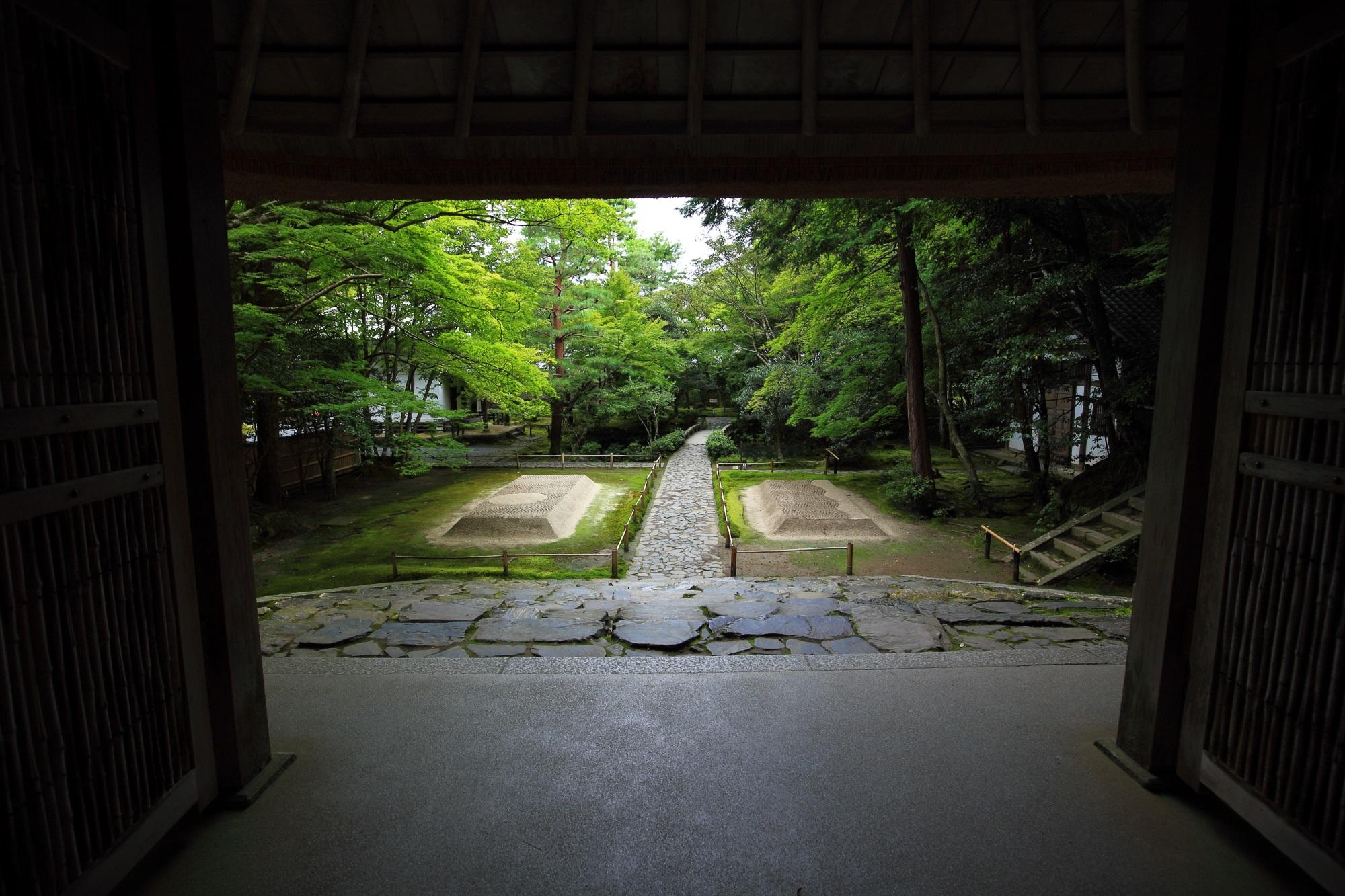 山門から眺めた法然院の境内