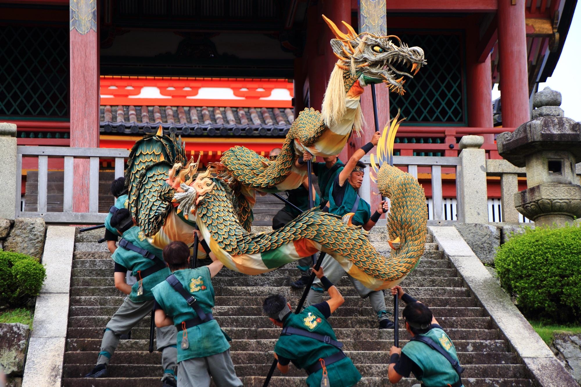 清水寺の西門の豪快な青龍の舞