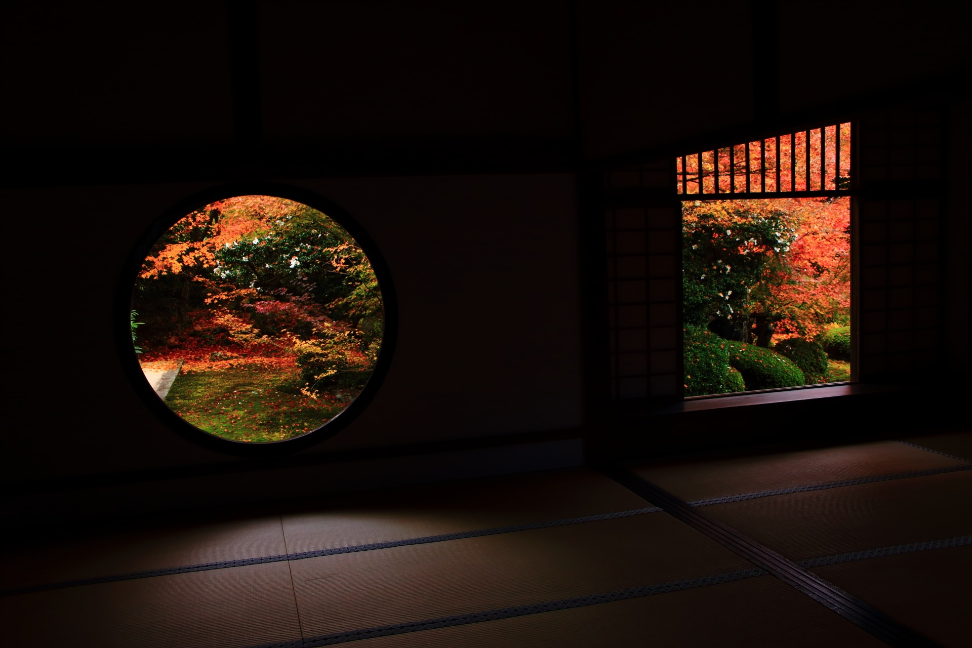 少し斜めからが綺麗に見える源光庵の悟りの窓と迷いの窓の紅葉と緑