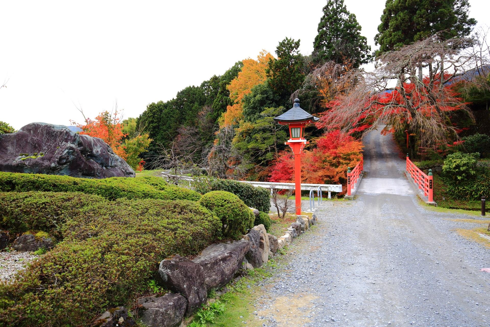岩や刈込が配された正法寺の入口と極楽橋の紅葉