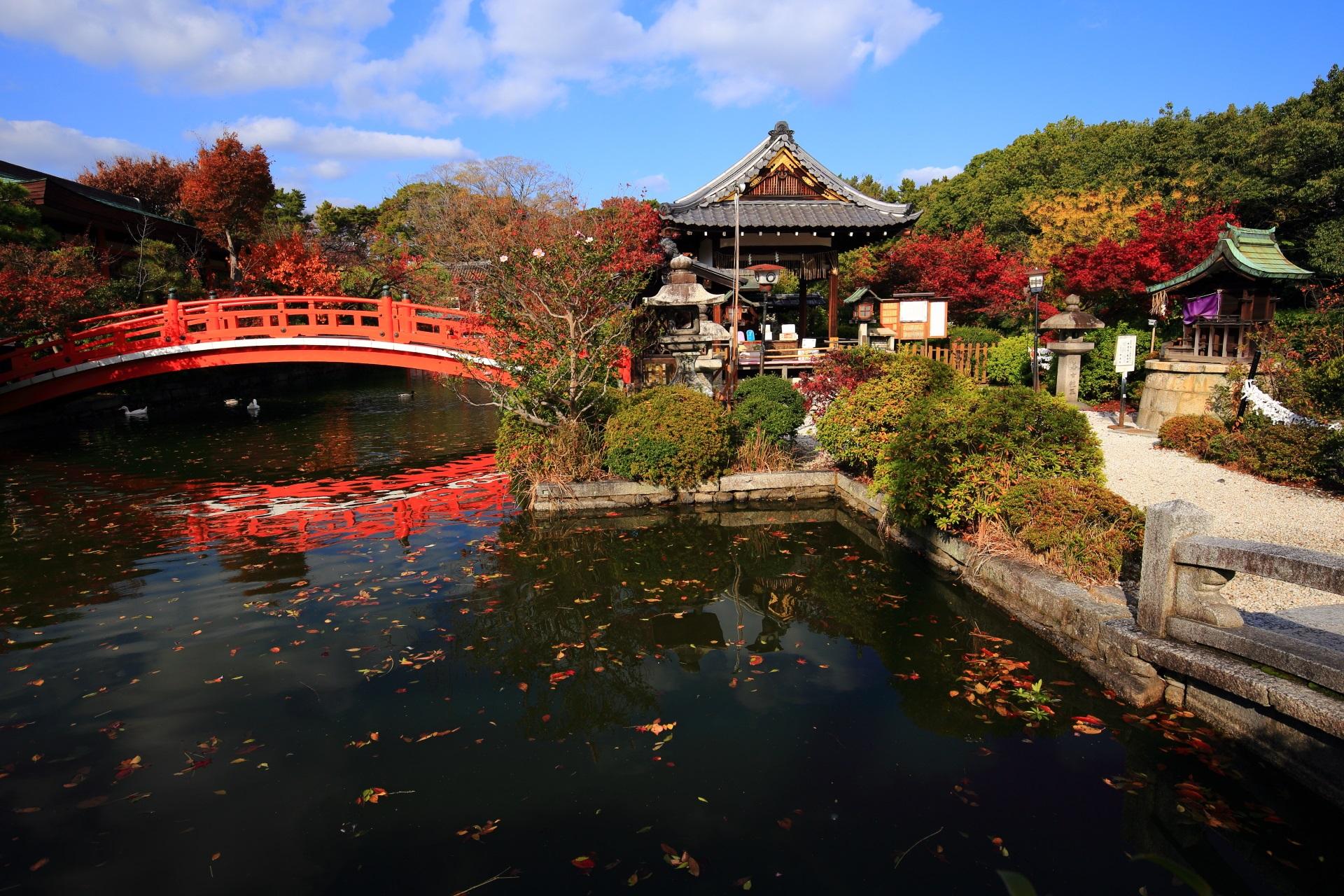 紅葉の色づく法成就池と善女竜王社