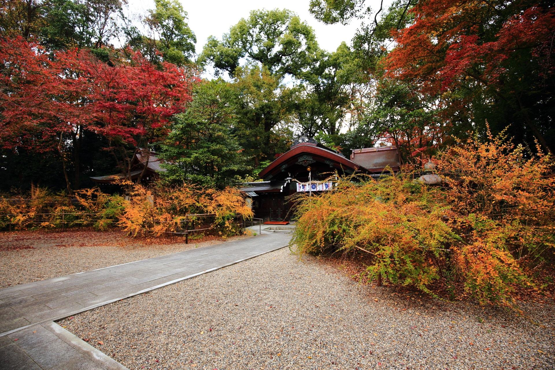萩が鮮やかに華やぐ梨木神社の本殿と中門