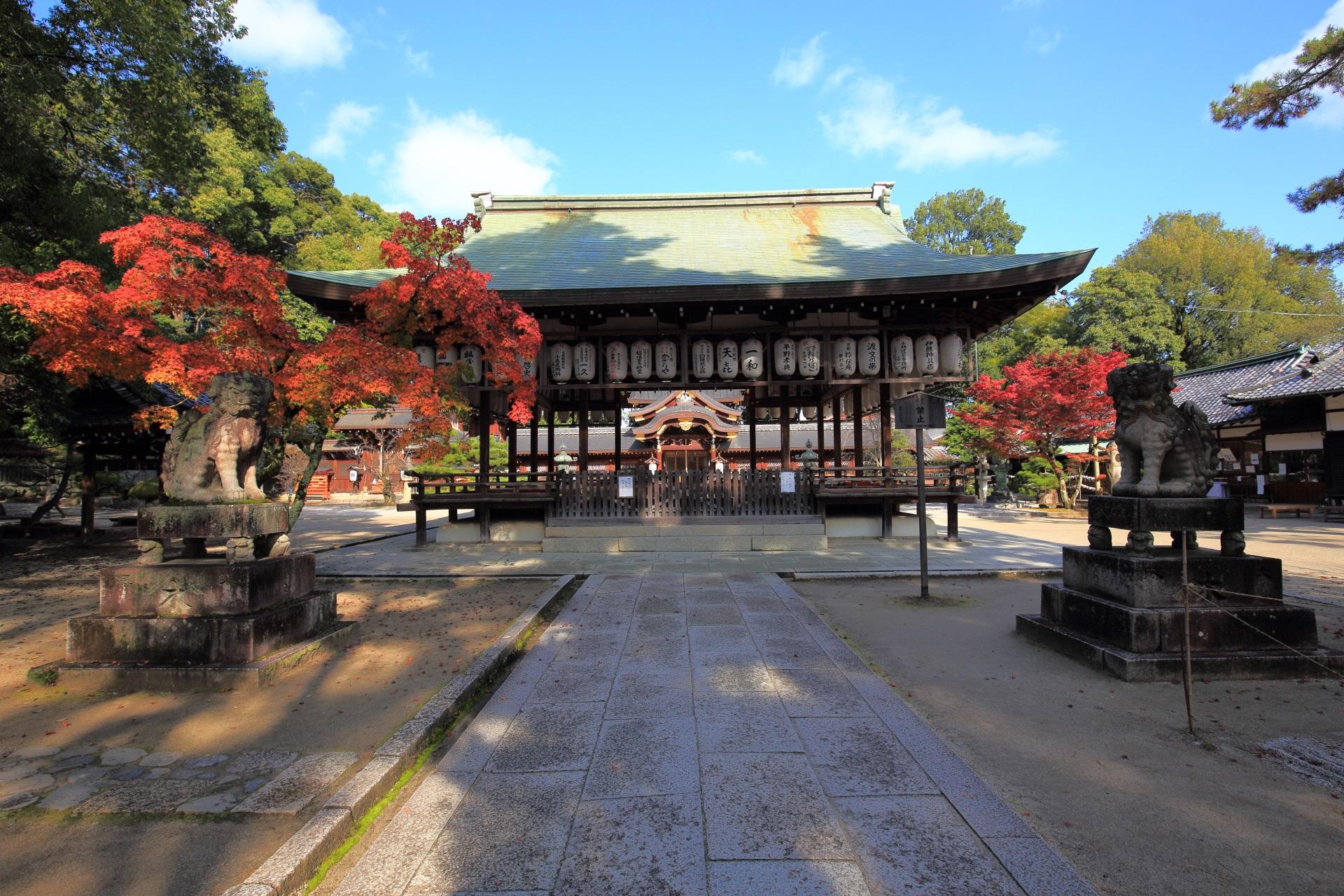 今宮神社の拝殿と紅葉