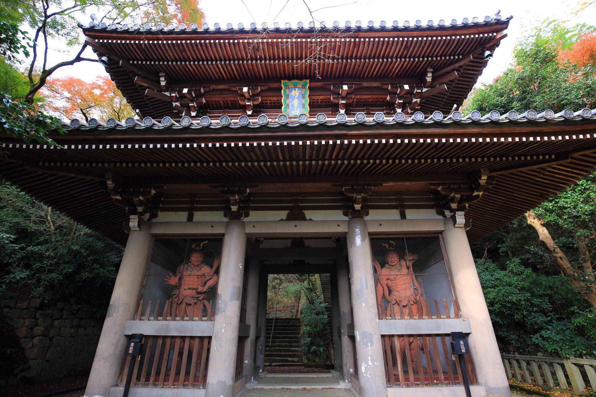山崎聖天の雄大な構えの仁王門