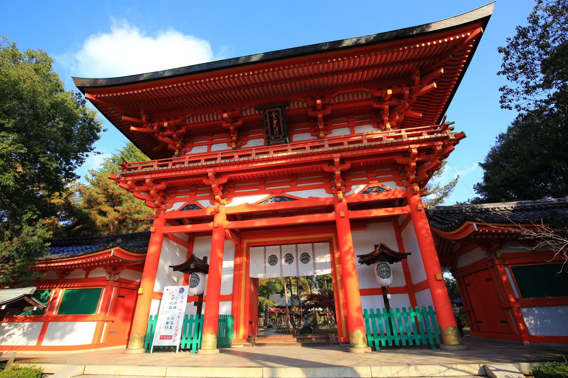 立派な構えの今宮神社の楼門
