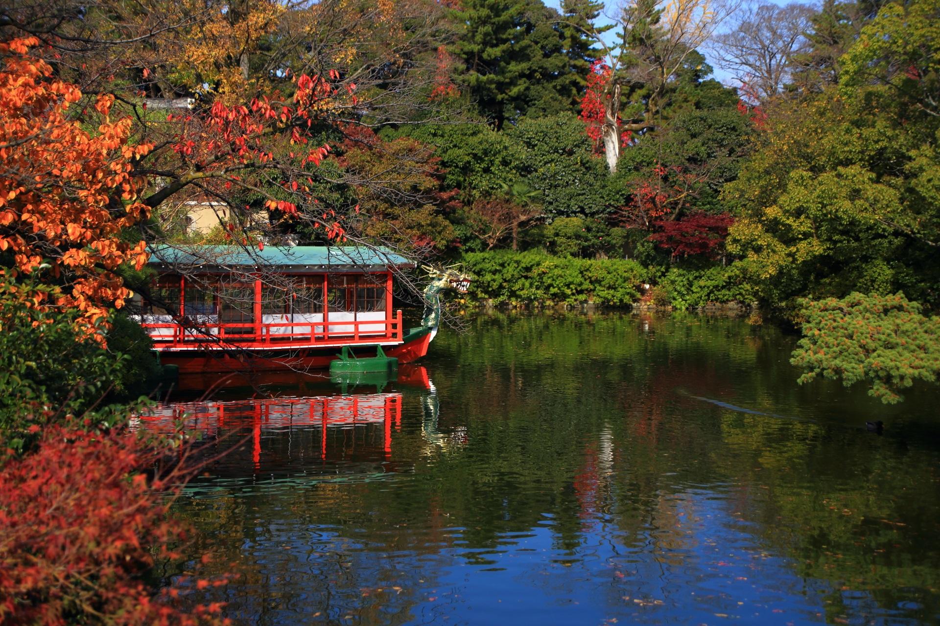 鮮やかな紅葉が華やぐ龍王船
