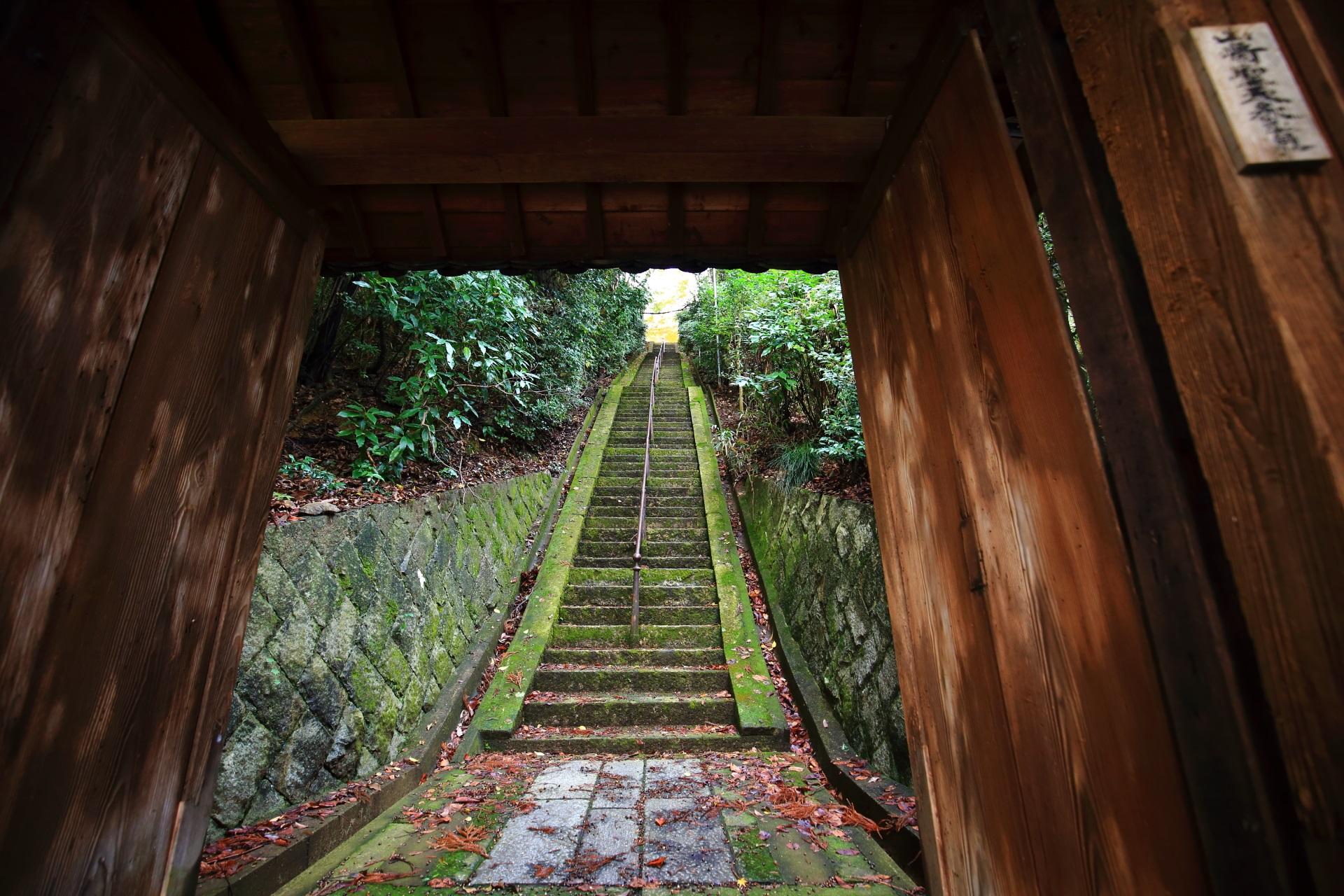 山崎聖天の本堂へ続く見た目以上にかなりハードな石段