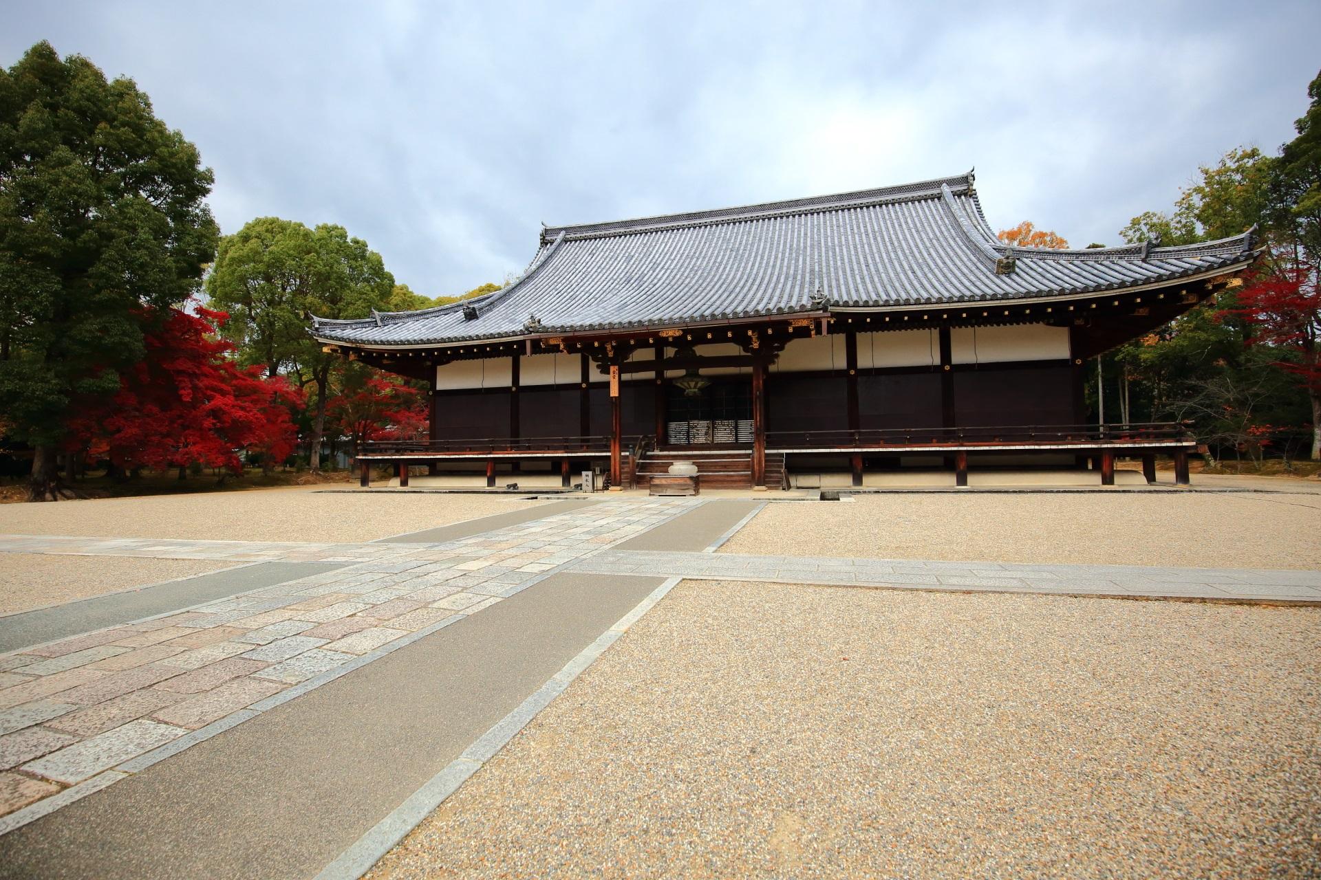 仁和寺の両脇で紅葉が華やぐ金堂