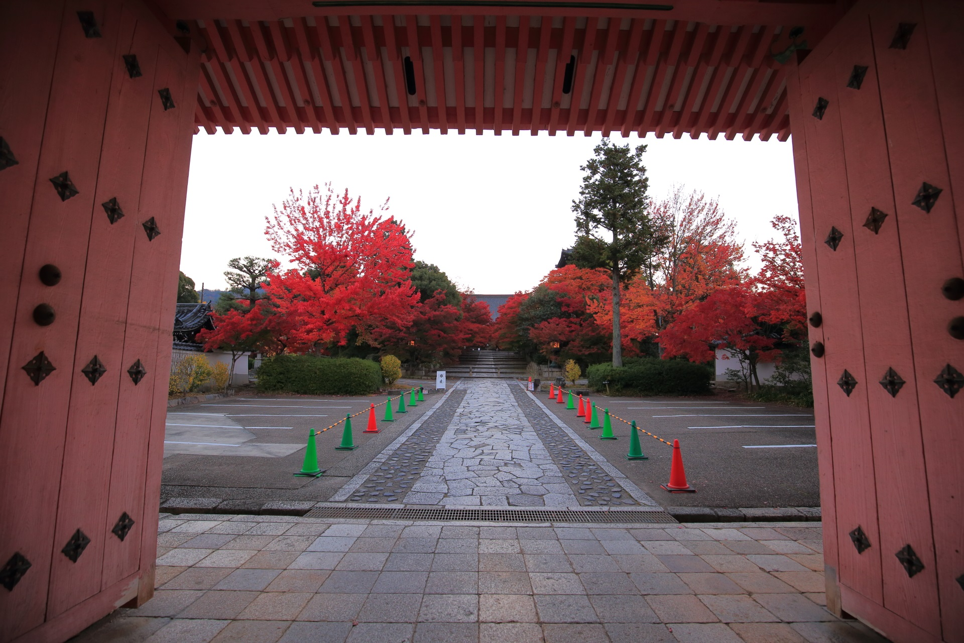 真如堂の赤門と呼ばれる総門から眺める紅葉