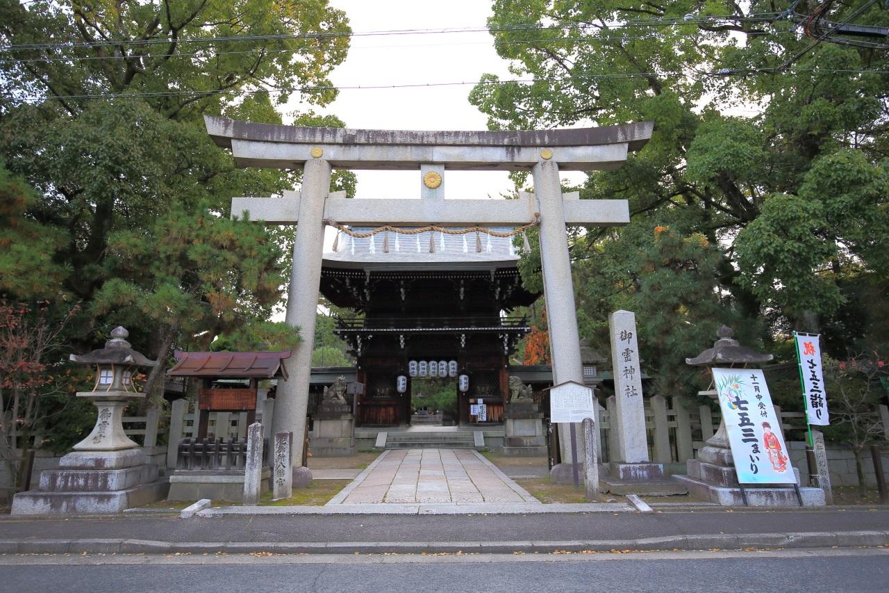 何となく厳かな雰囲気の漂う上御霊神社の楼門
