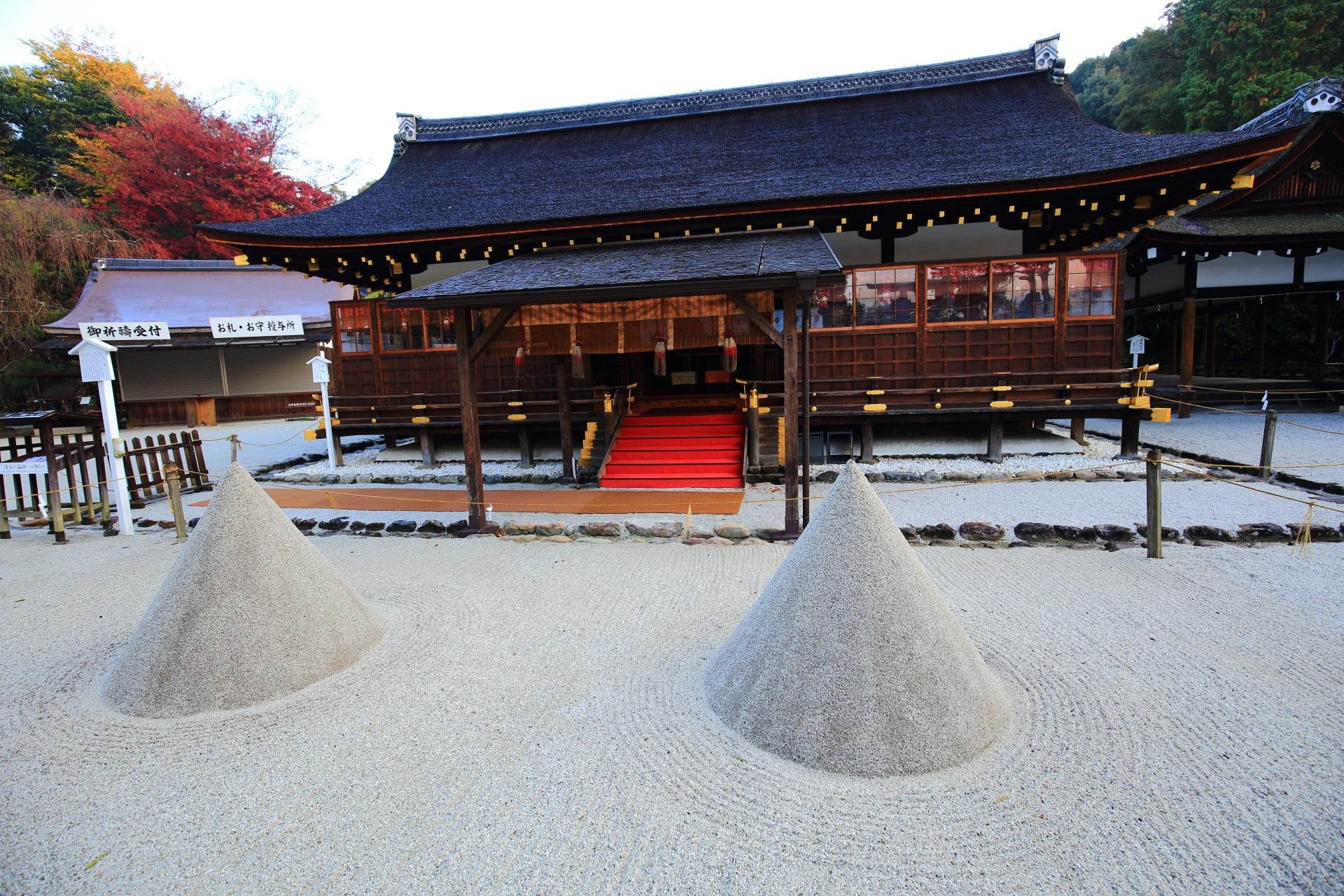 上賀茂神社の細殿と立砂と華やぐ紅葉