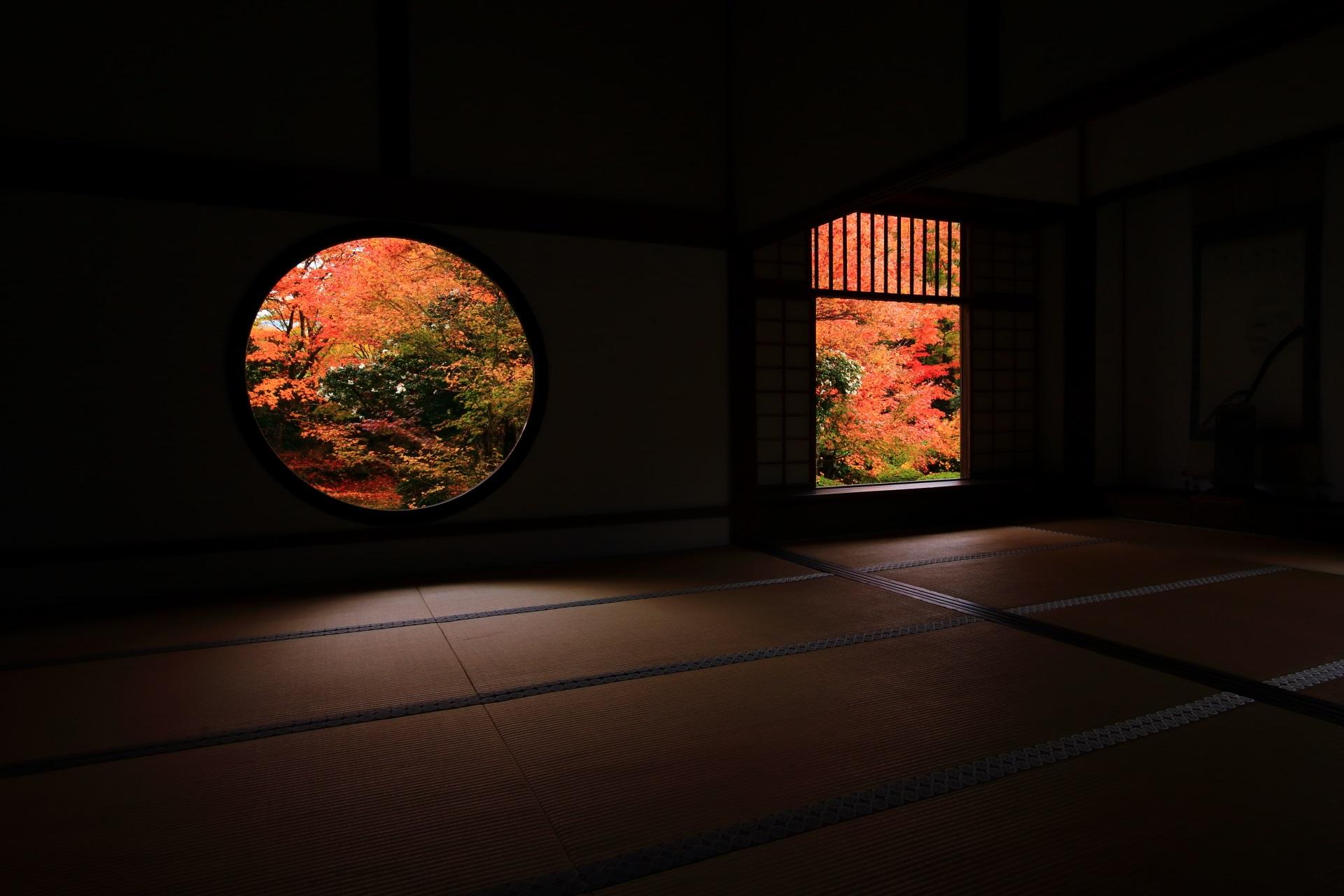 有名な丸い「悟りの窓」と四角い「迷いの窓」の紅葉