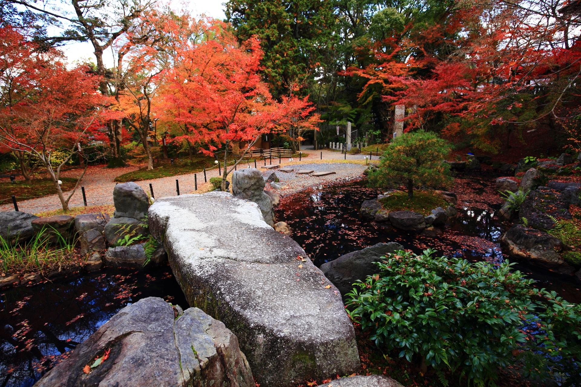 たくさんの力強い岩や刈り込みなどが配された錦景苑の池
