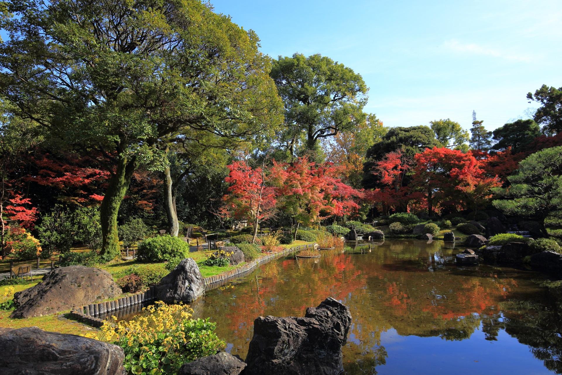 「平安の庭」の水辺を彩る紅葉