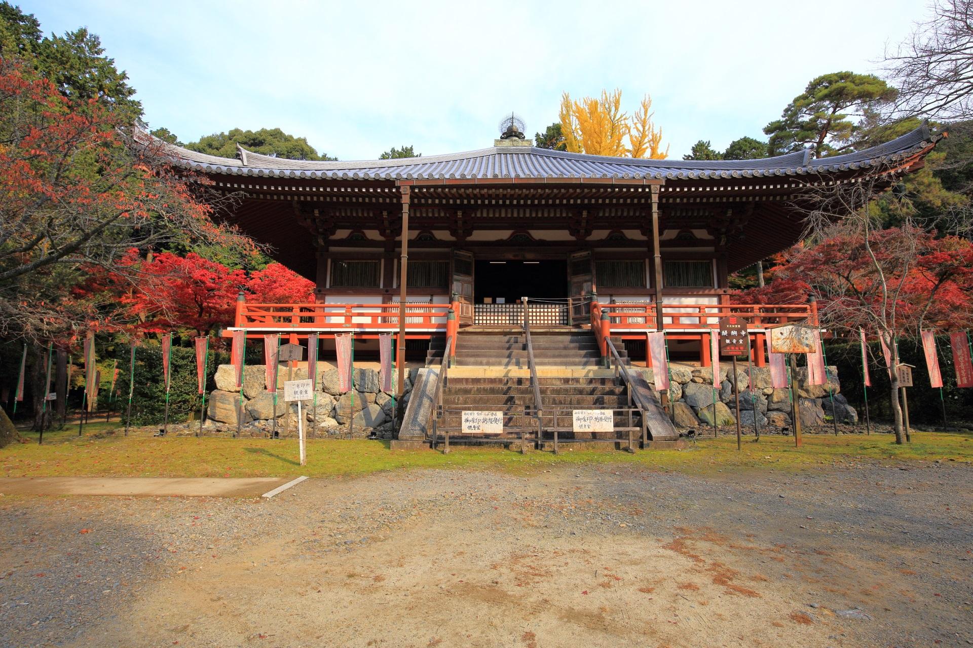 周囲を紅葉が華やぐ醍醐寺の観音堂