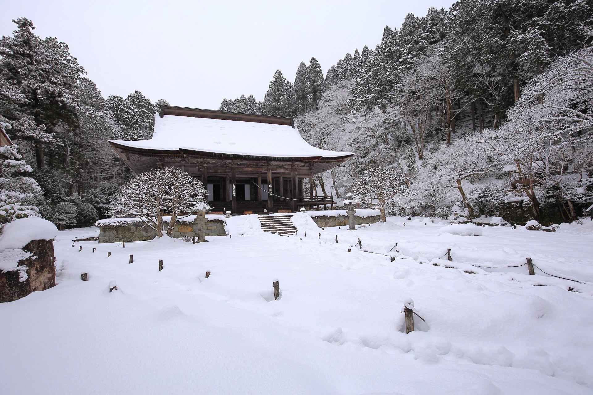 勝林院の素晴らしい雪の情景