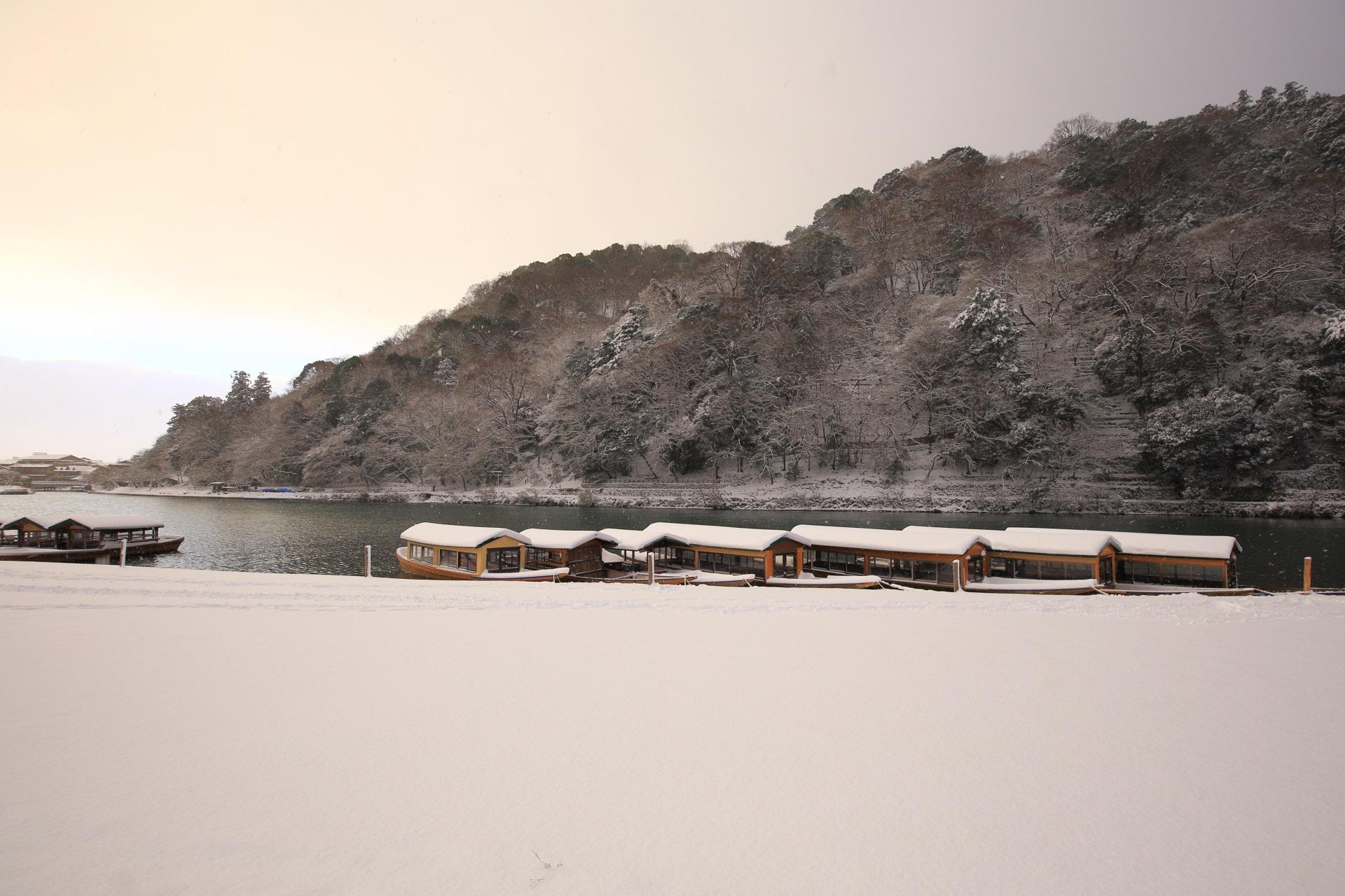 真っ白な雪と空の淡い朝焼け