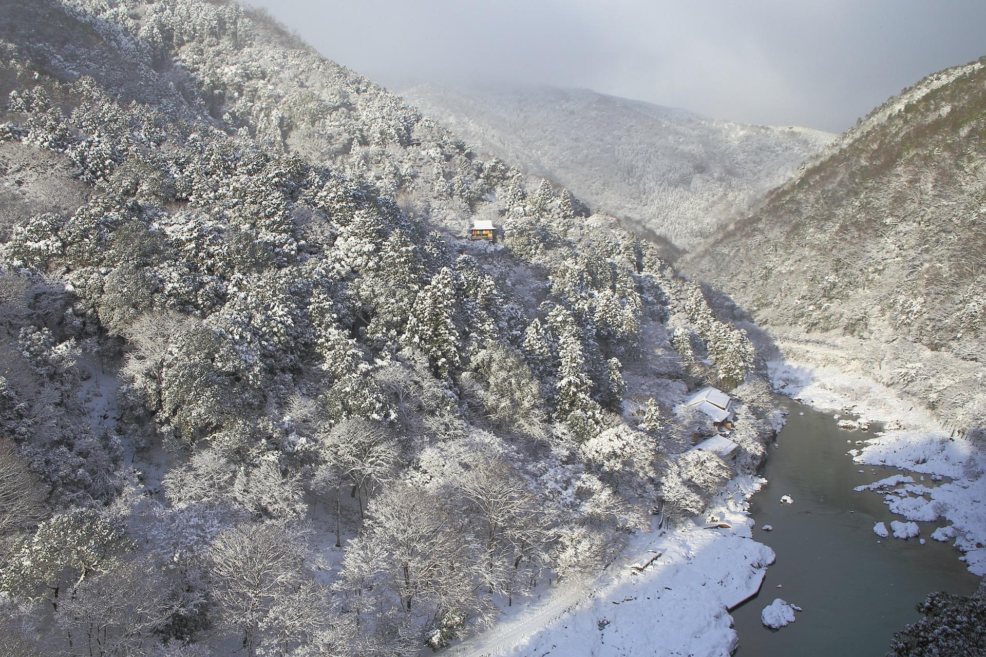 雪の嵐山と保津峡の絶景