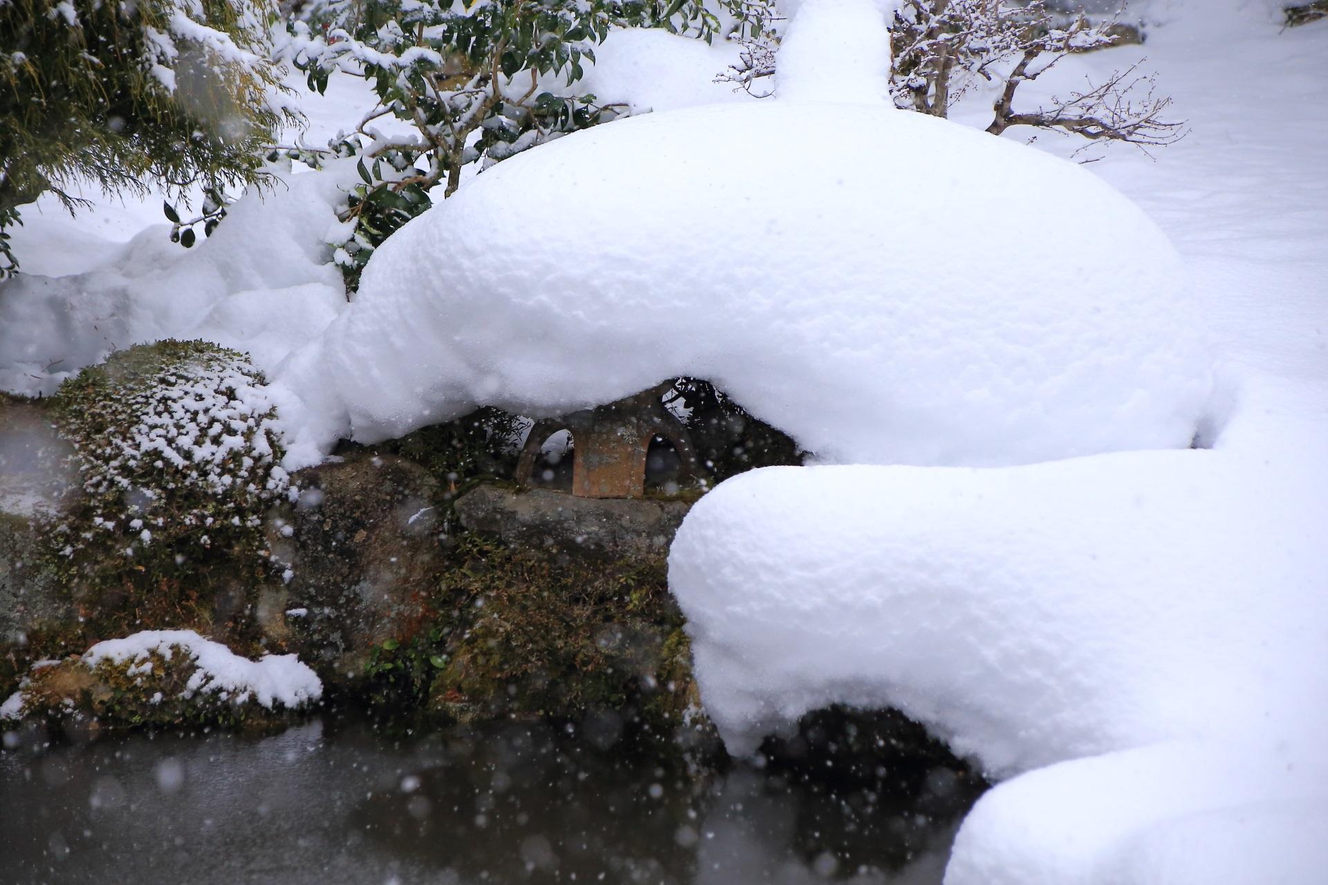 池の畔のふかふかの雪