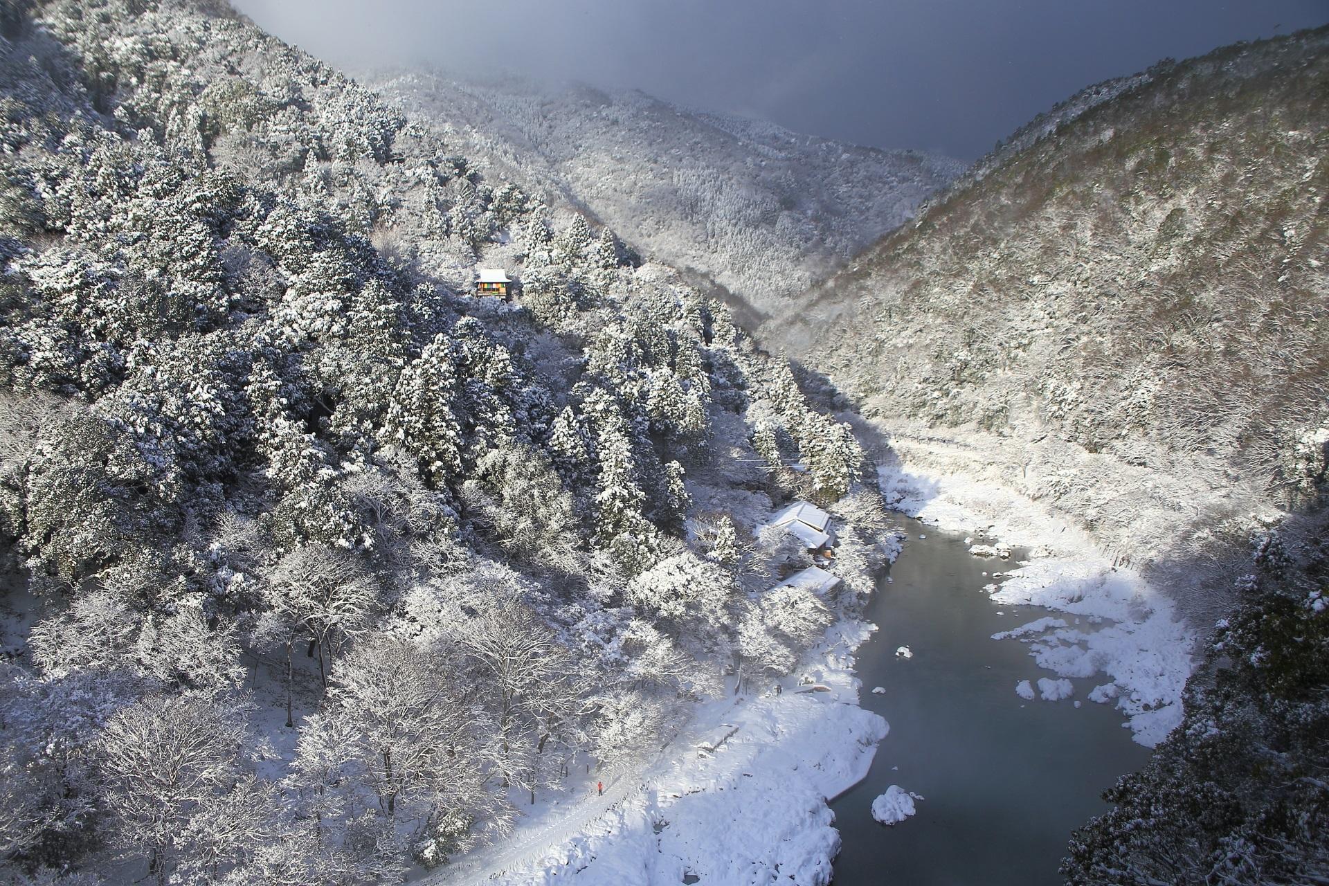 保津峡の冬の見事な雪景色