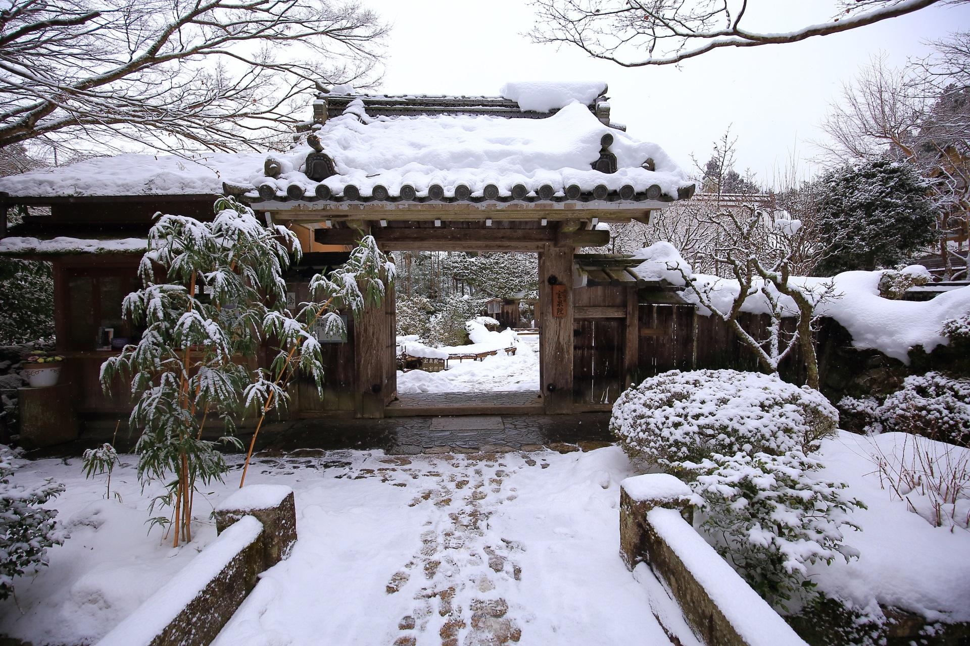 宝泉院の山門の雪景色