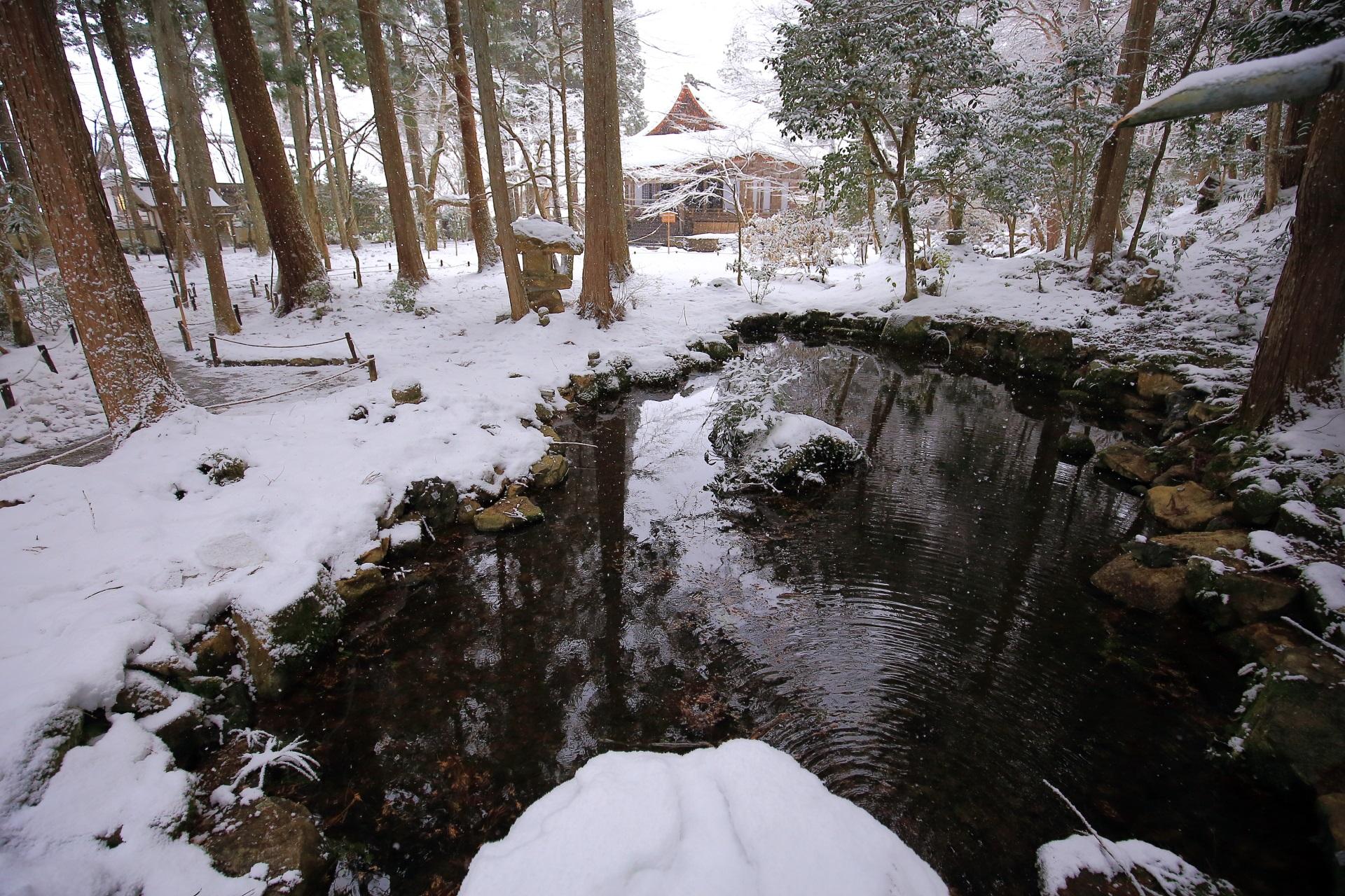 冬の大原三千院の綺麗な雪景色