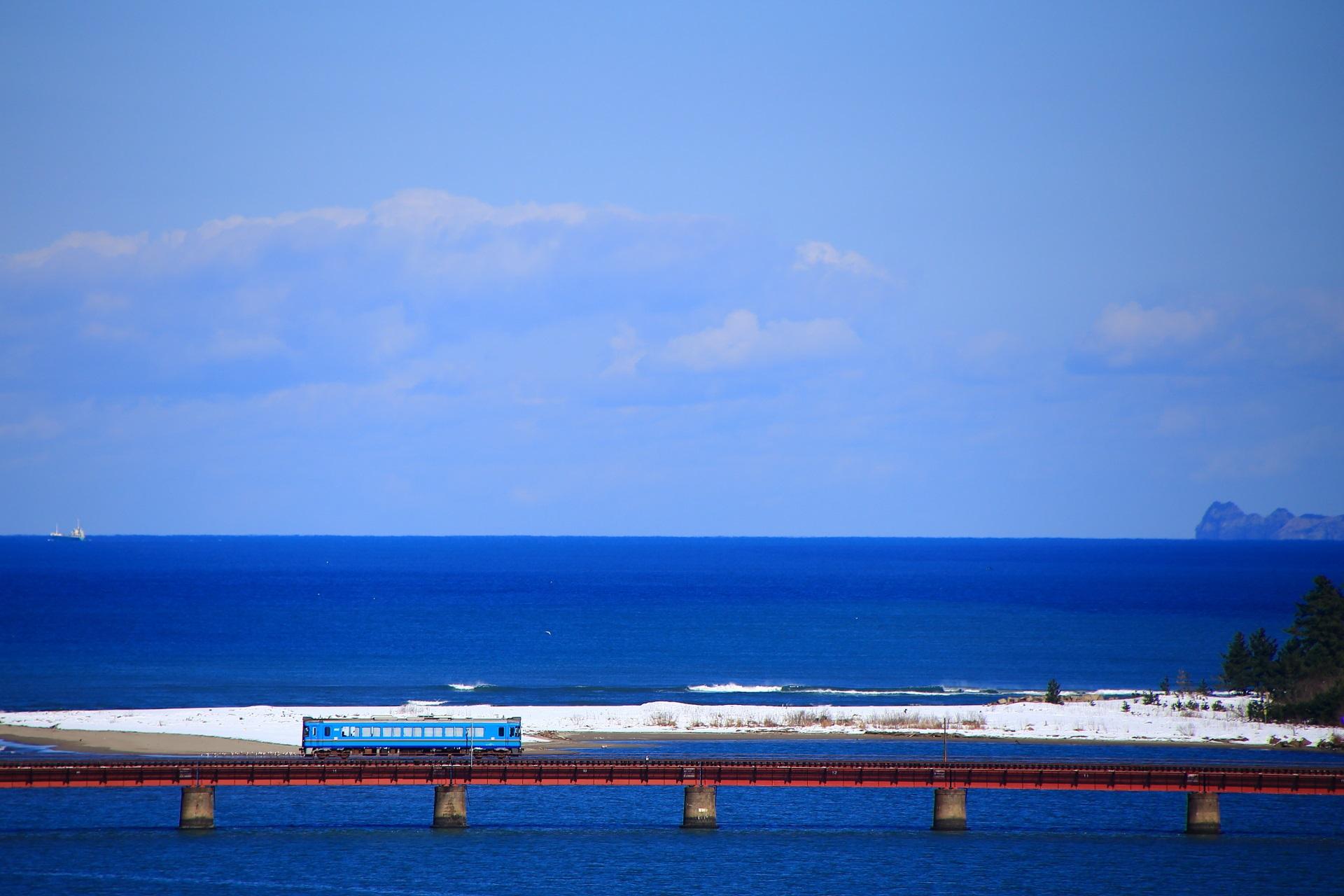 雪と海の上を走る列車