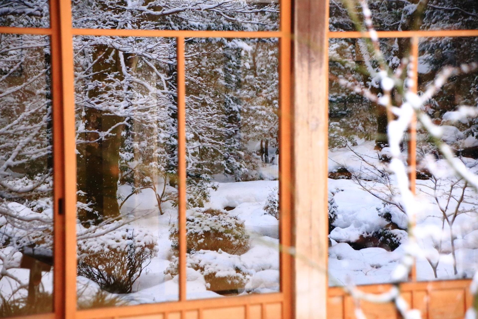 雪景色が映るガラス