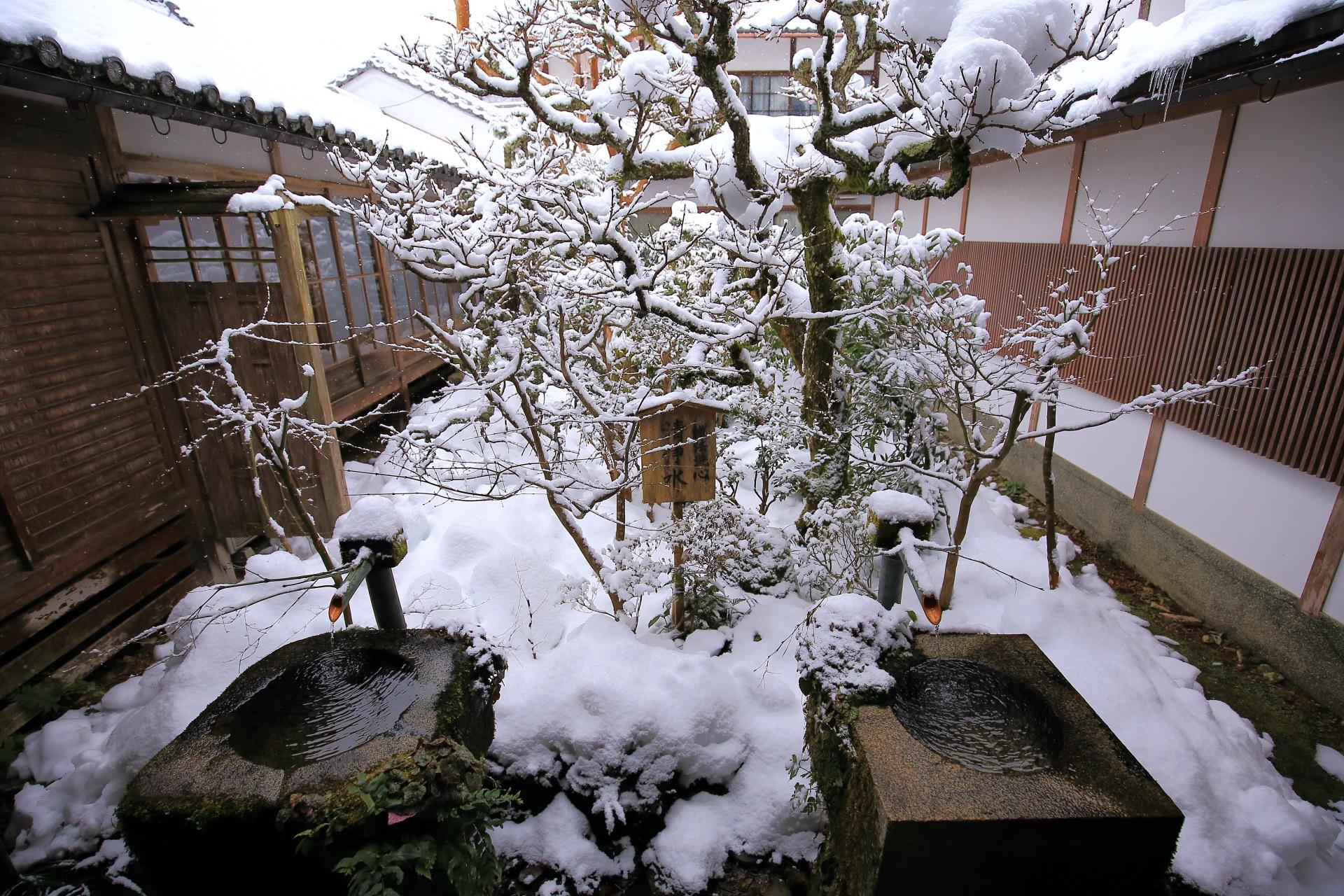 三千院の書院中庭の雪景色