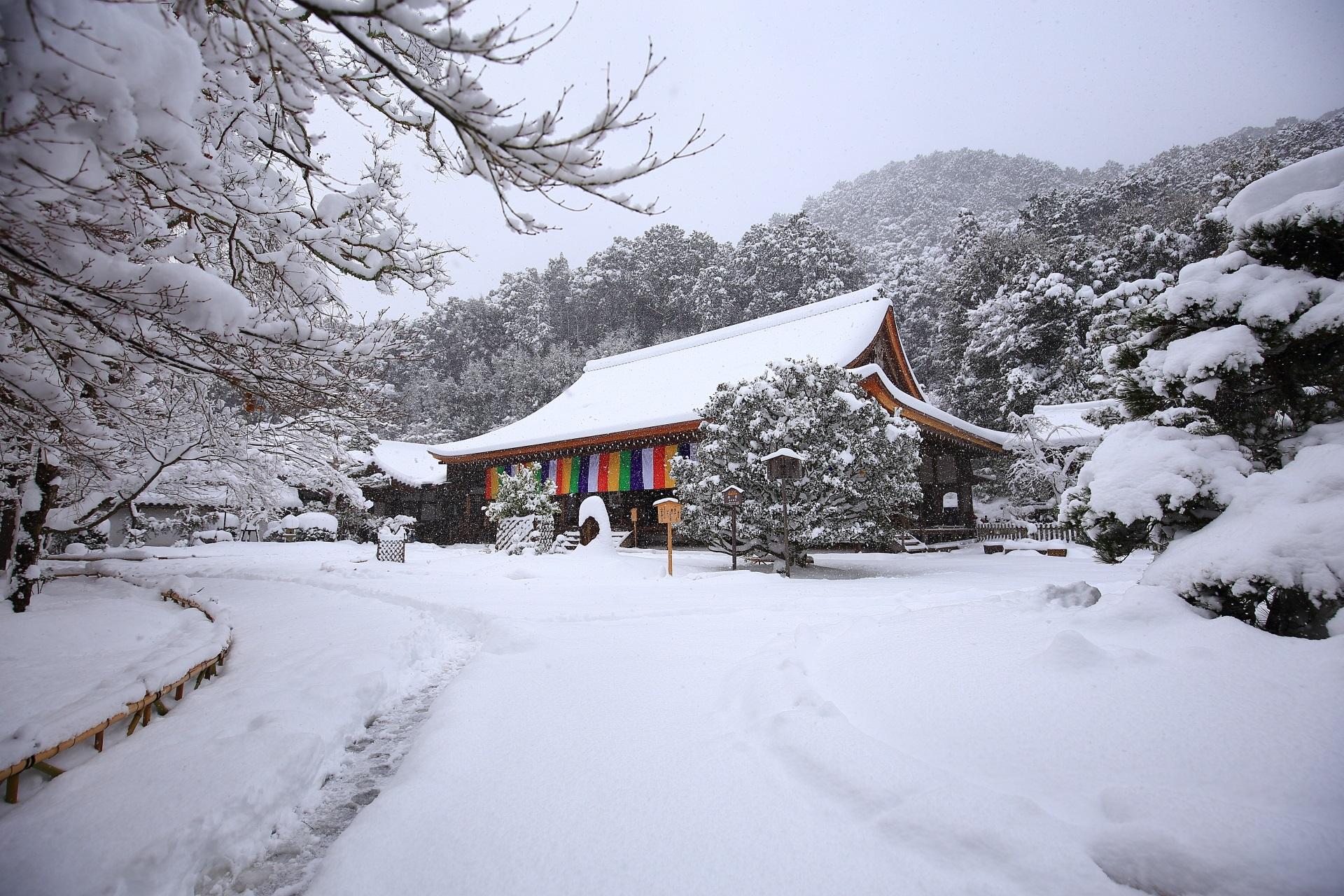 雪につつまれた奥嵯峨二尊院