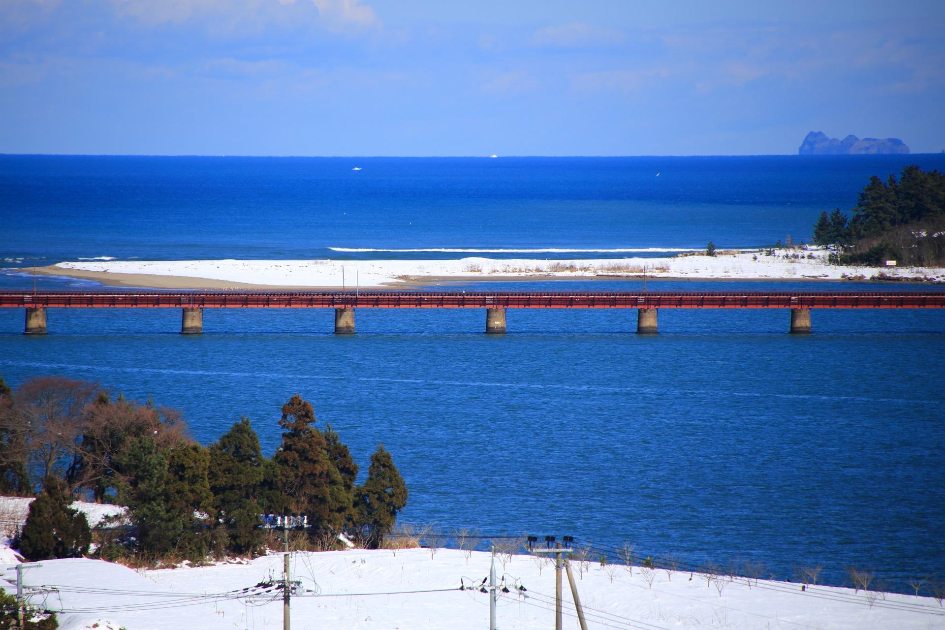 水平線と由良川橋梁