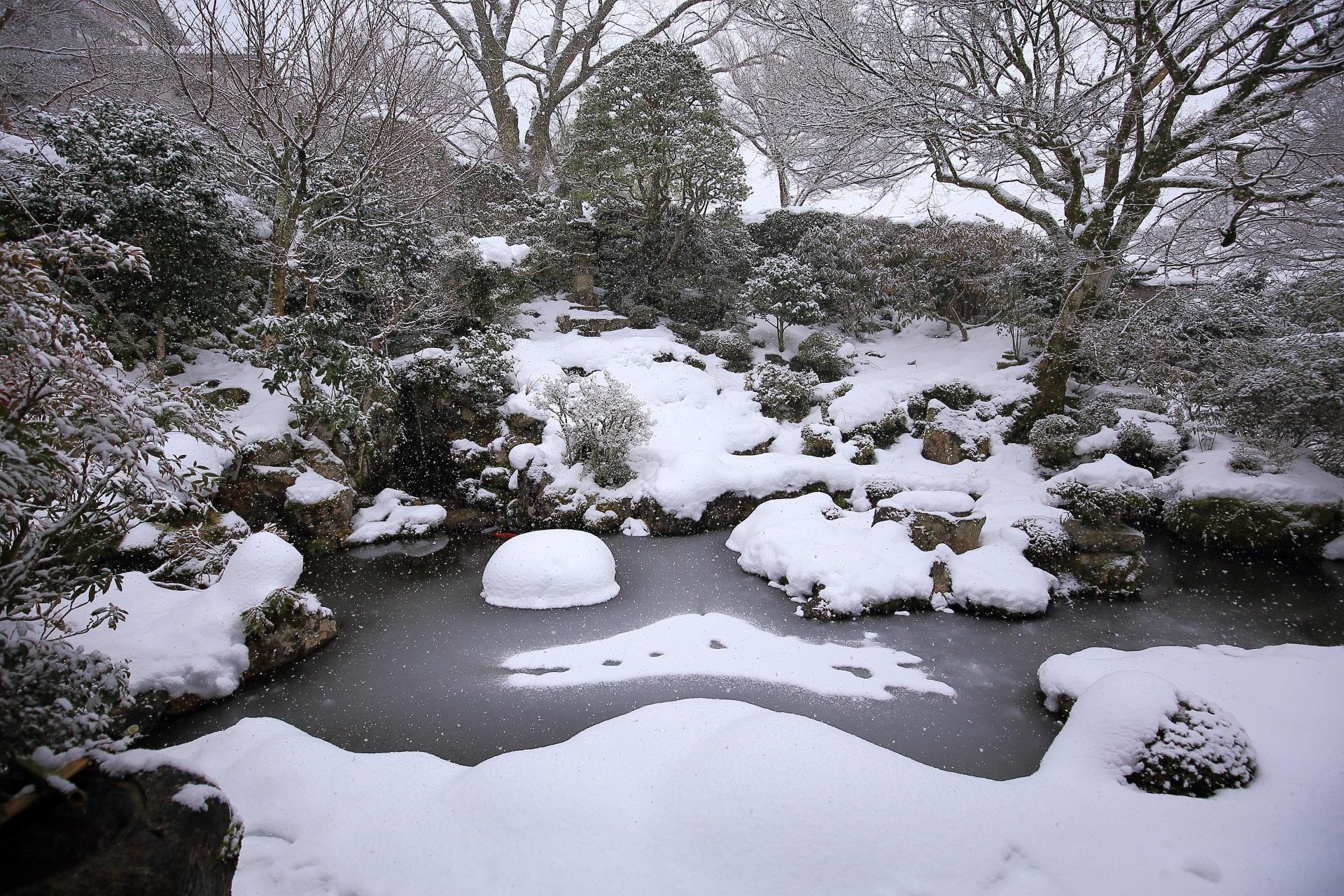 真っ白に染まった冬の旧理覚院庭園