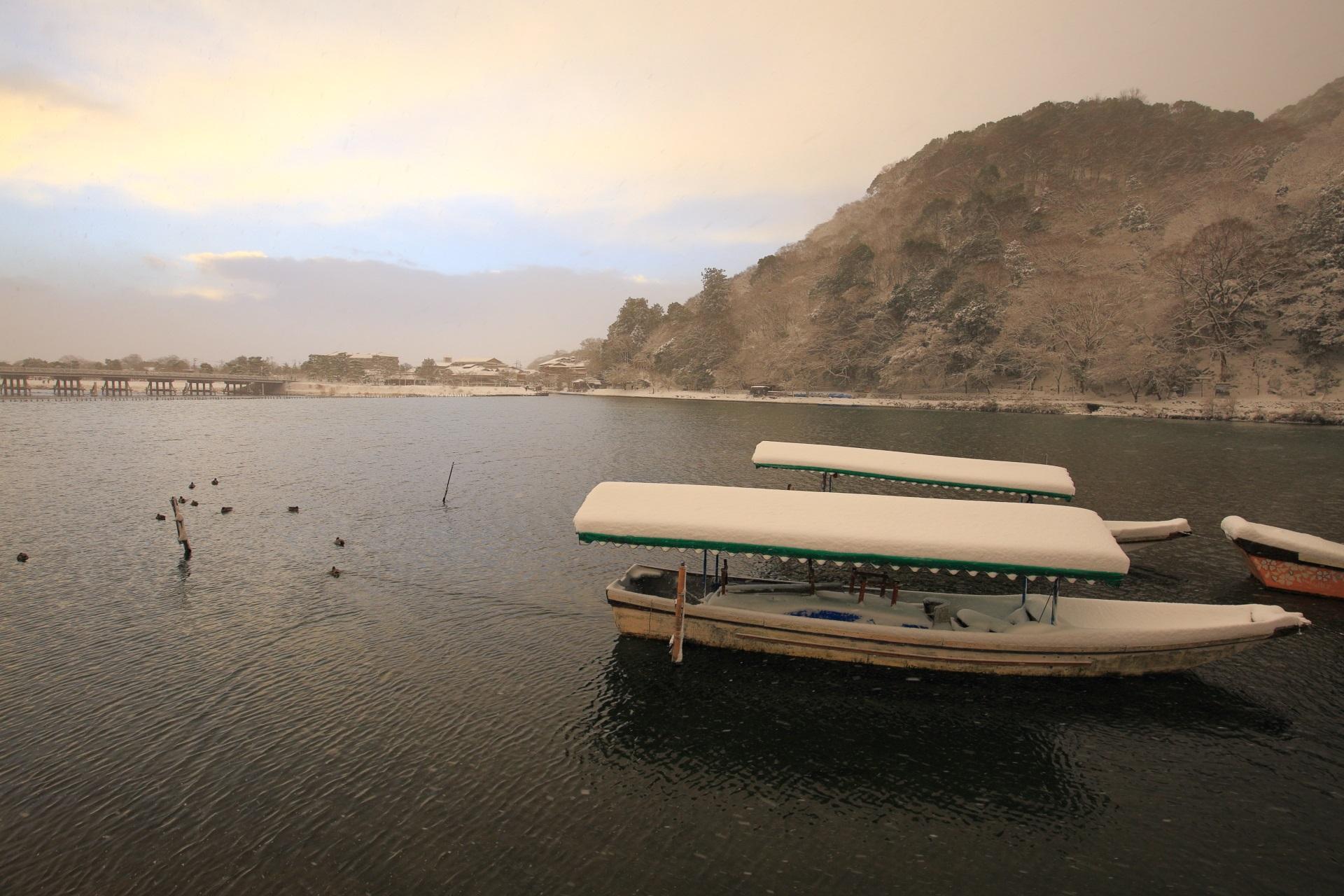 雪がいっぱい積もる桂川の渡し舟