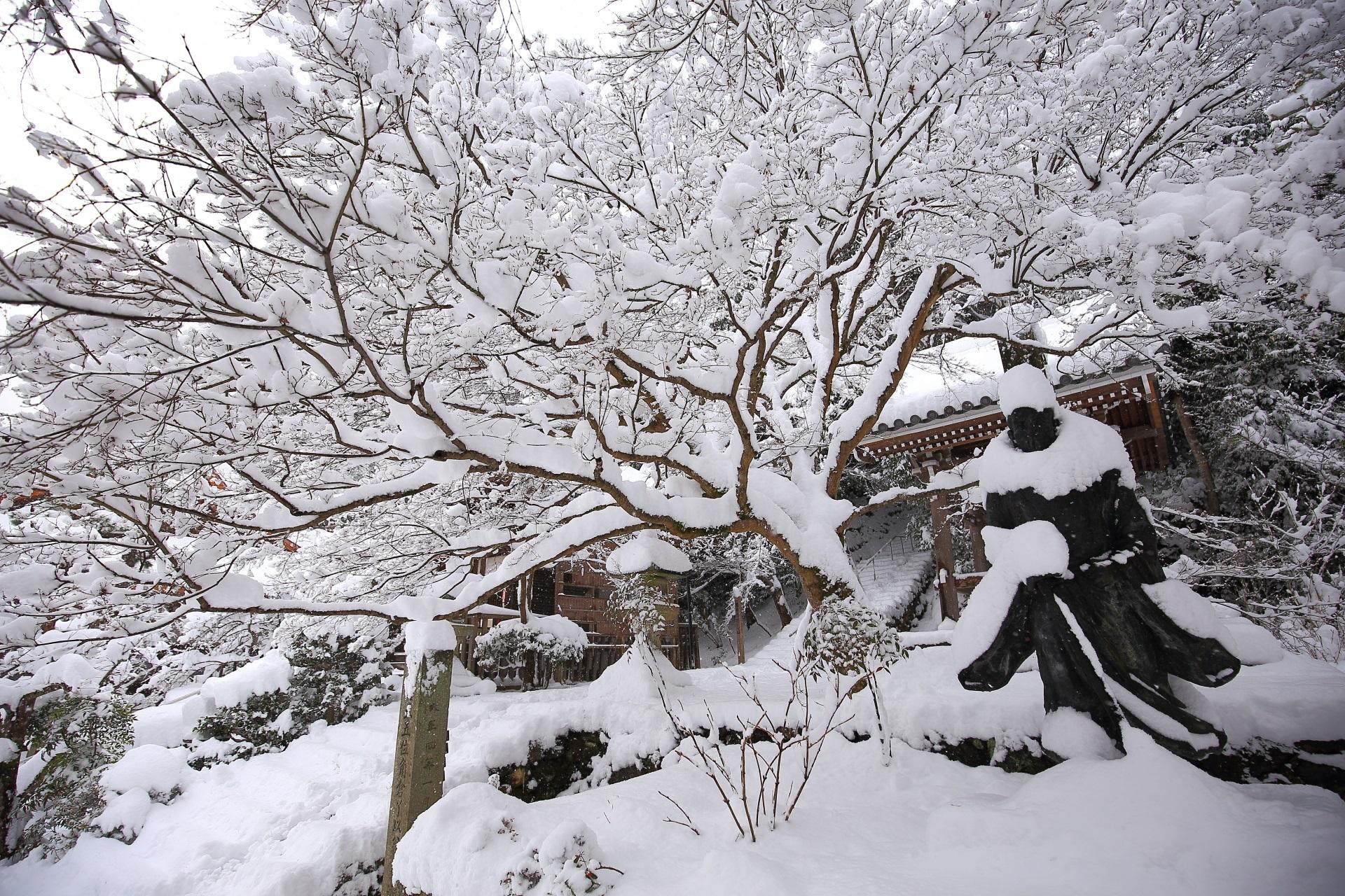 角倉了以翁像の雪景色