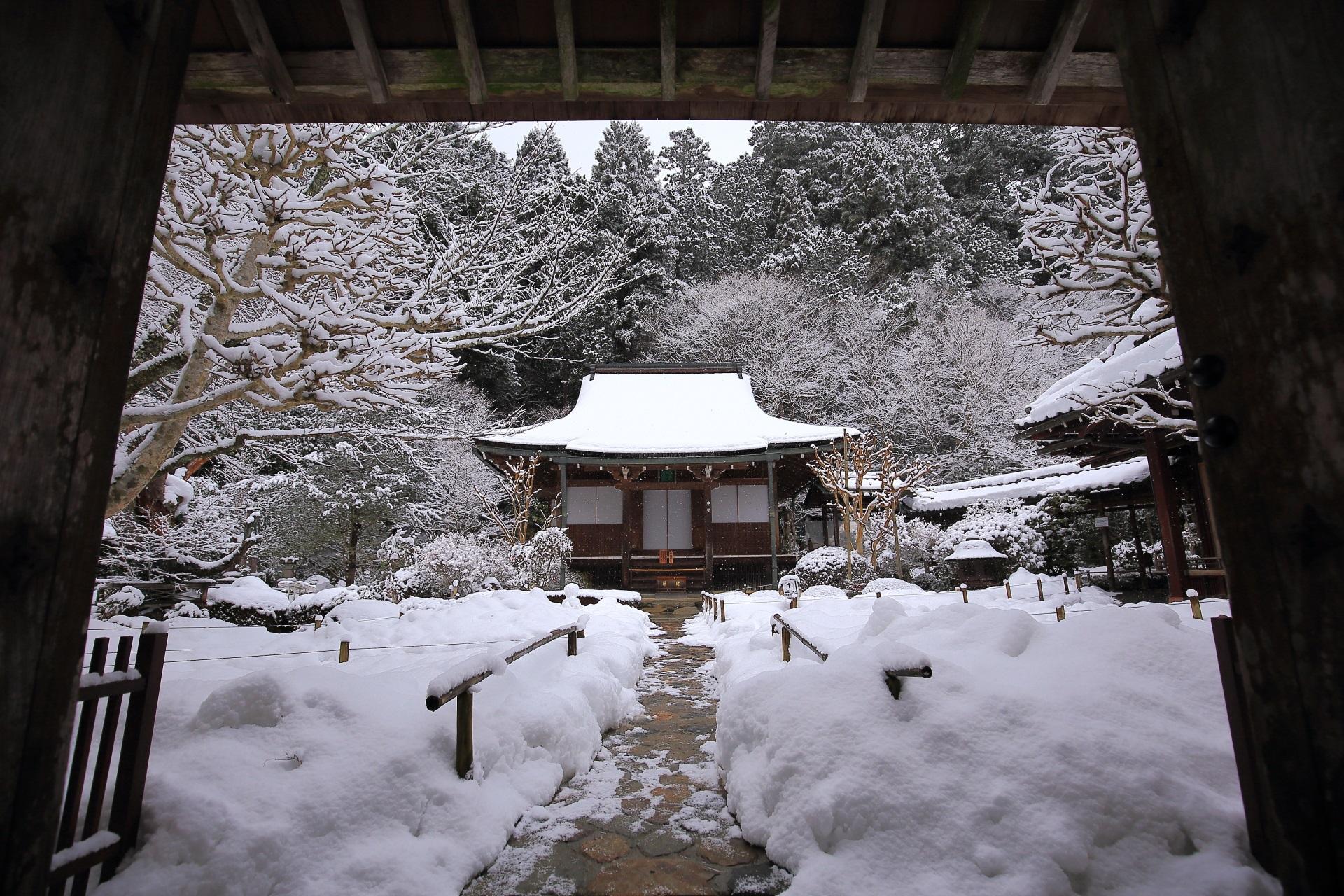 山門の下から眺めた本堂の雪景色