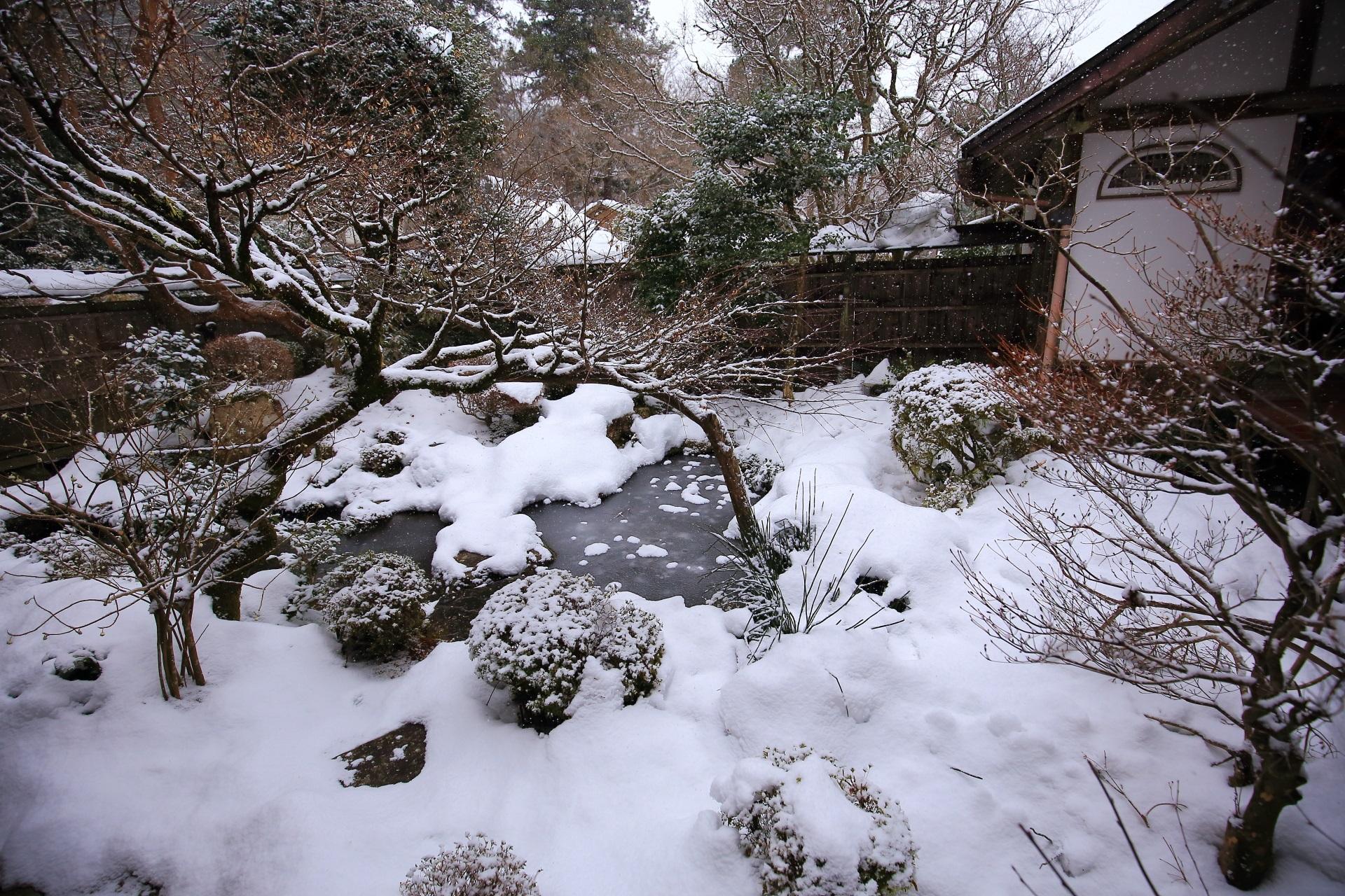 鶴亀の庭の雪景色