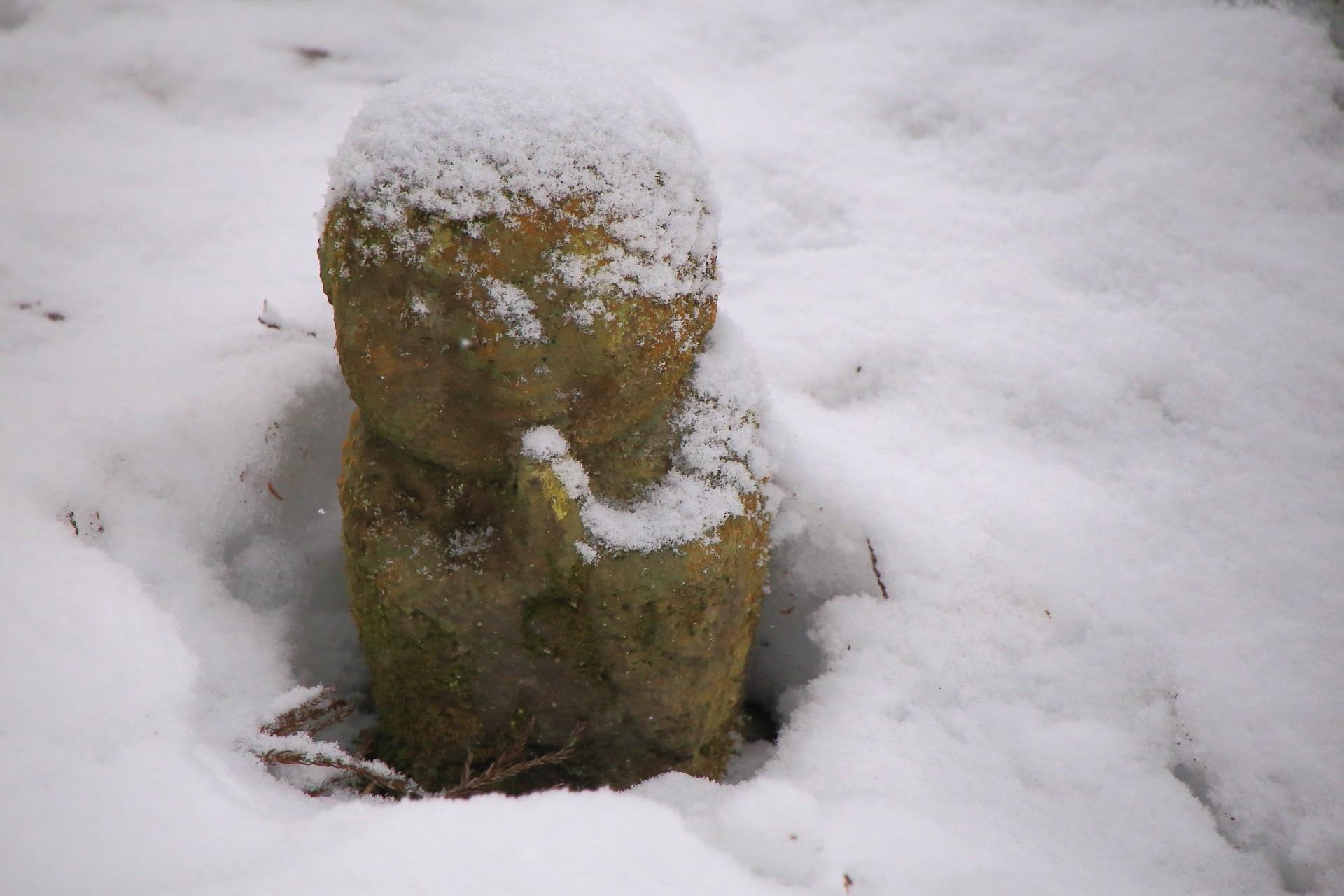 雪をかぶった可愛いわらべ地蔵