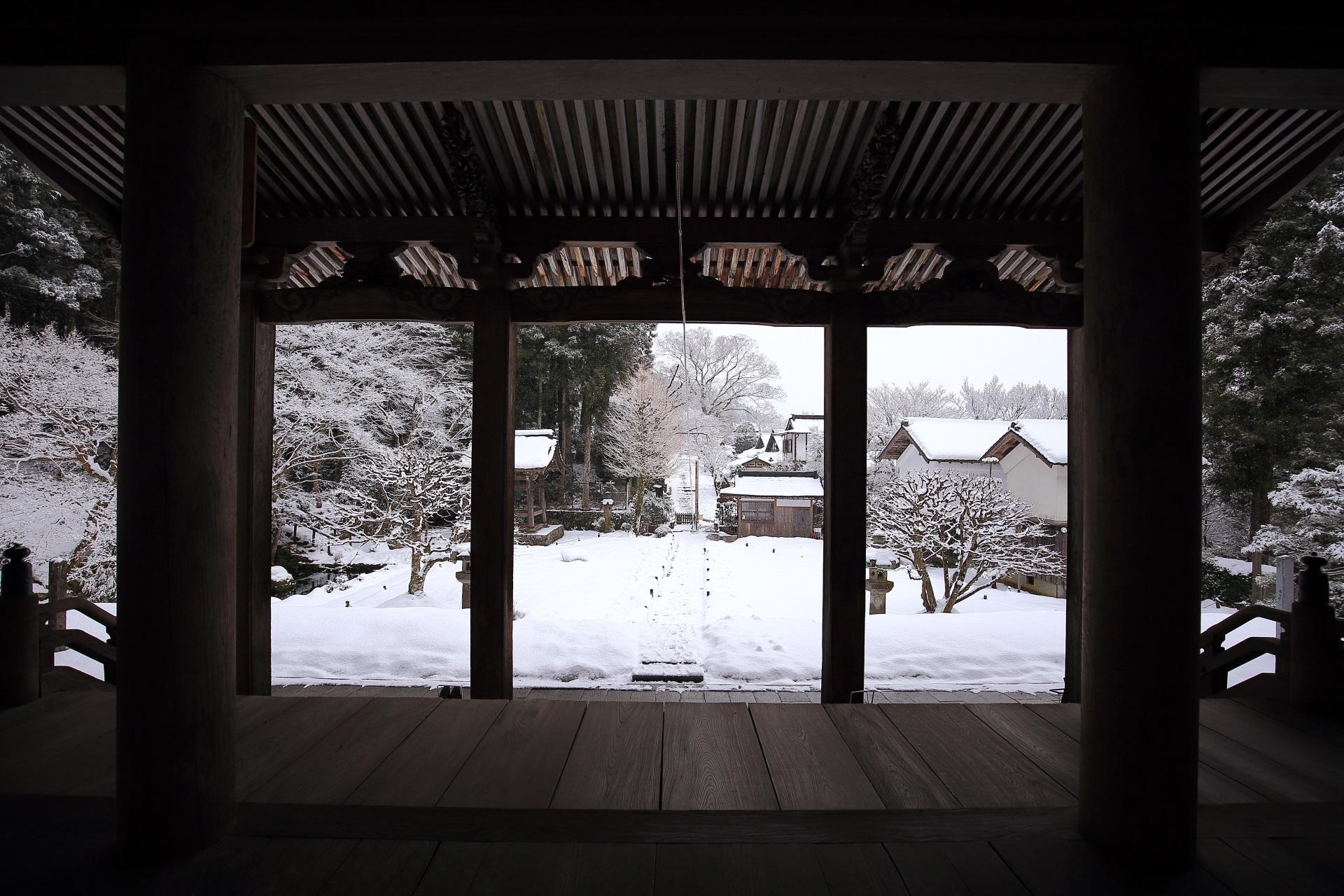 本堂の柱と庇と雪