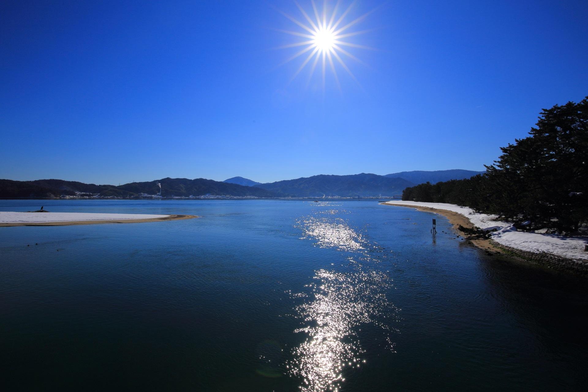 雲ひとつない見事な青空と太陽と雪